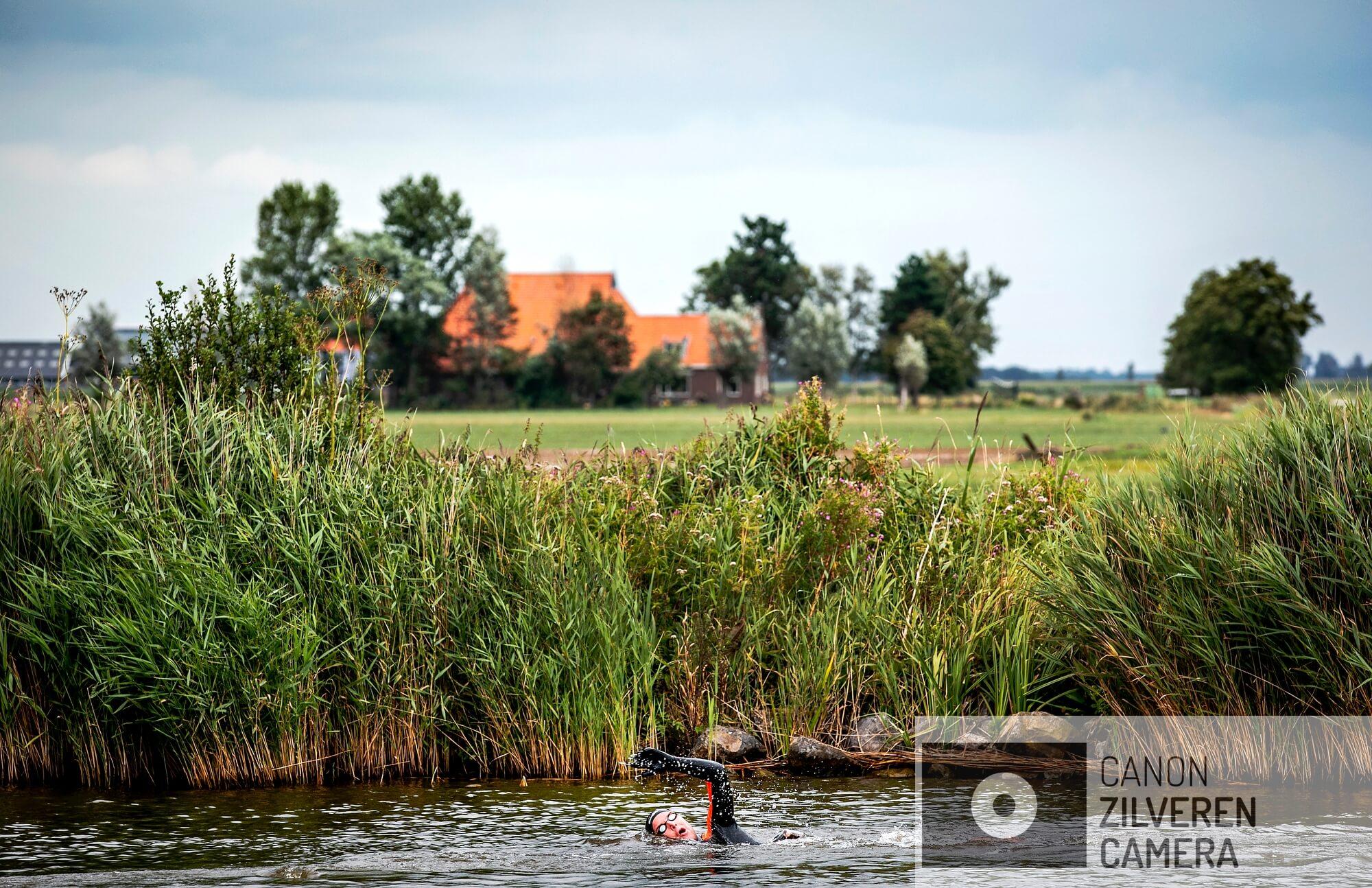 SLOTEN - Olympisch zwemkampioen Maarten van der Weijden op de eerste dag van zijn 11stedenzwemtocht. De langeafstandszwemmer legt 200 kilometer af om geld in te zamelen voor kankeronderzoek.