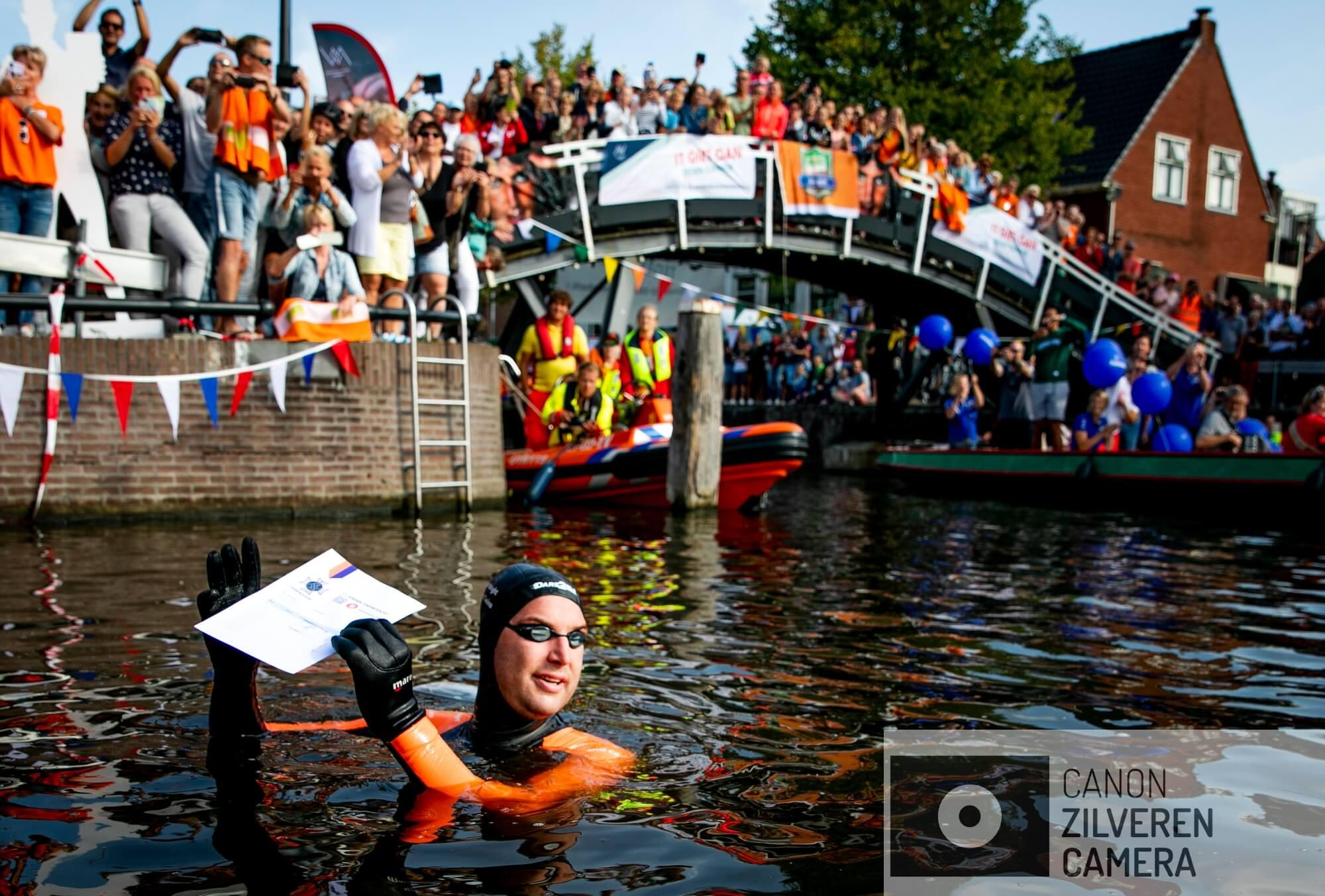 SNEEK - Olympisch zwemkampioen Maarten van der Weijden bij de 'stempelpost' in Sneek op de eerste dag van zijn 11stedenzwemtocht. De langeafstandszwemmer legt 200 kilometer af om geld in te zamelen voor kankeronderzoek.