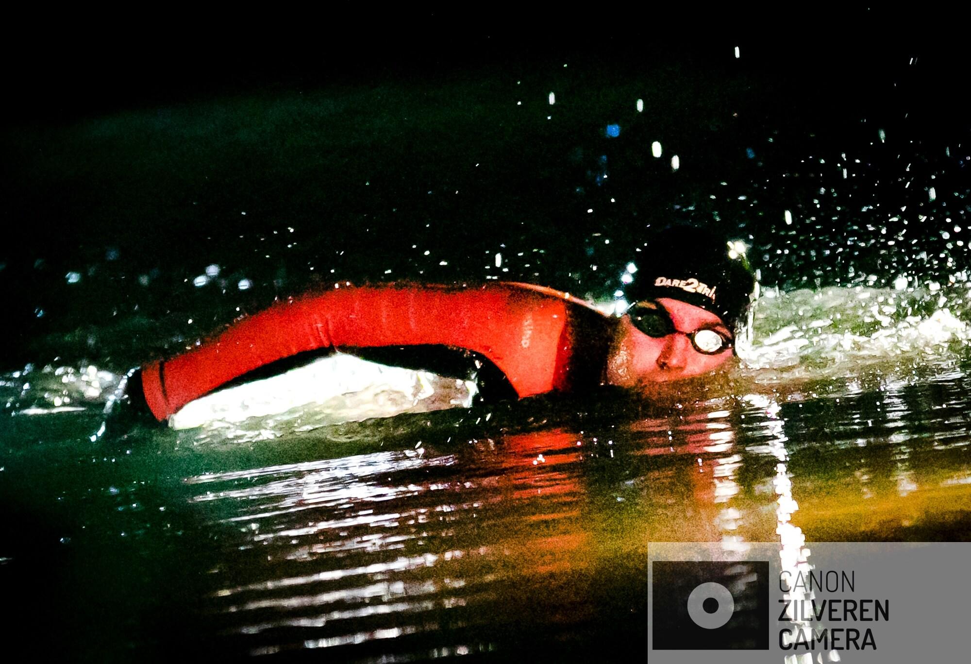 BERLIKUM - Zwemmer Maarten van der Weijden in het holst van de nacht onderweg tijdens zijn monstertocht langs de elf Friese steden.