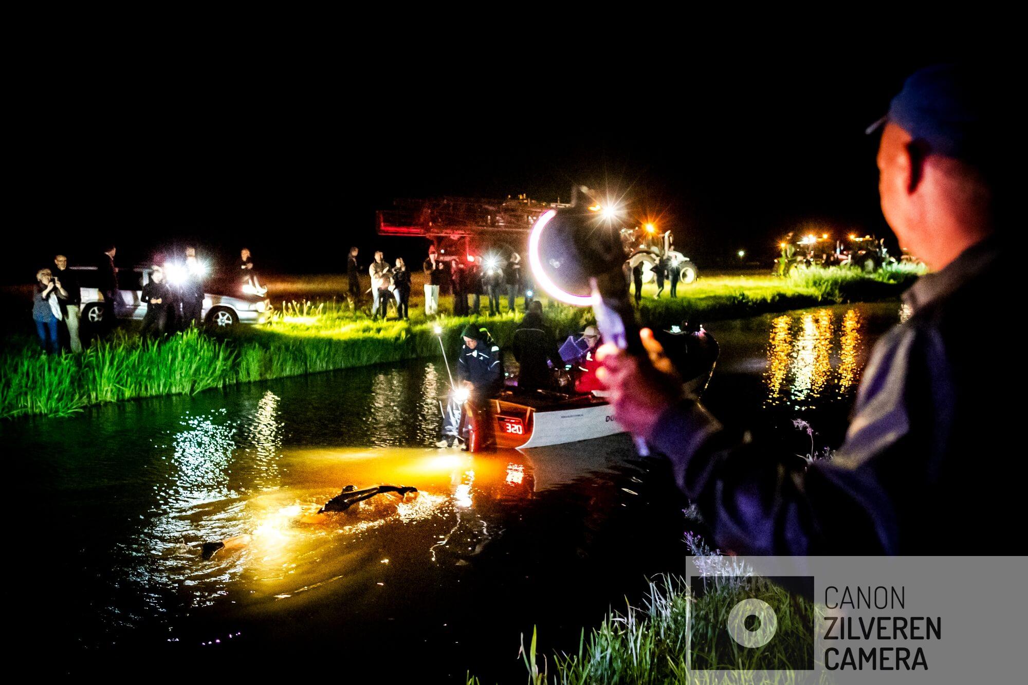 BERLIKUM - Zwemmer Maarten van der Weijden in het holst van de nacht onderweg tijdens zijn monstertocht langs de elf Friese steden. De Friezen geven massaal gehoor aan de oproep om van der Weijden licht te geven tijdens zijn tocht door 'de hel van het Noorden'.