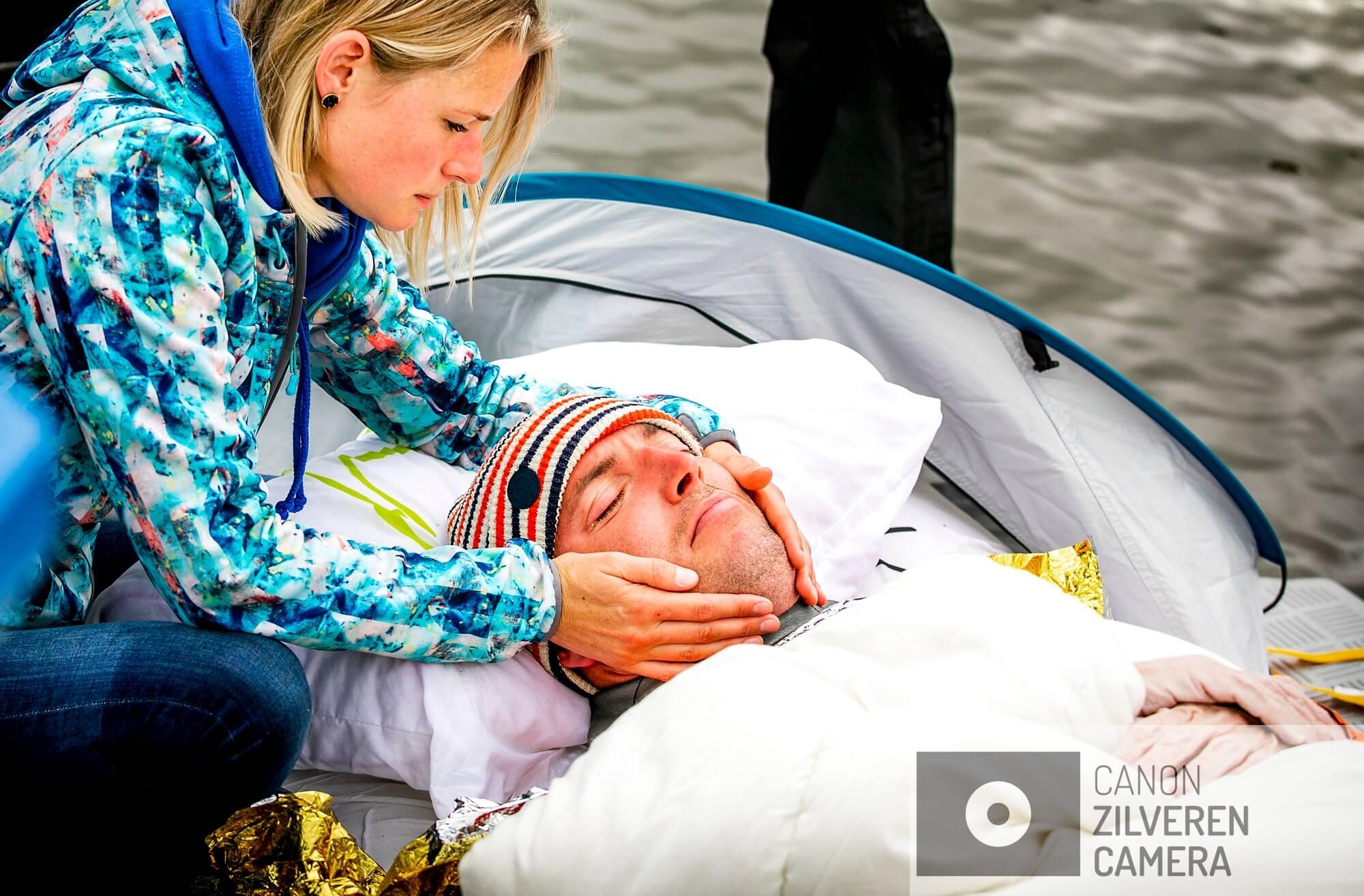 BIRDAARD - Daisy, de vrouw van Maarten van der Weijden , ontfermt zich over hem nadat de zwemmer zijn zwemtocht langs elf Friese steden heeft moeten staken. Met zijn zwemtocht haalde de olympisch zwemmer geld op voor kankeronderzoek.