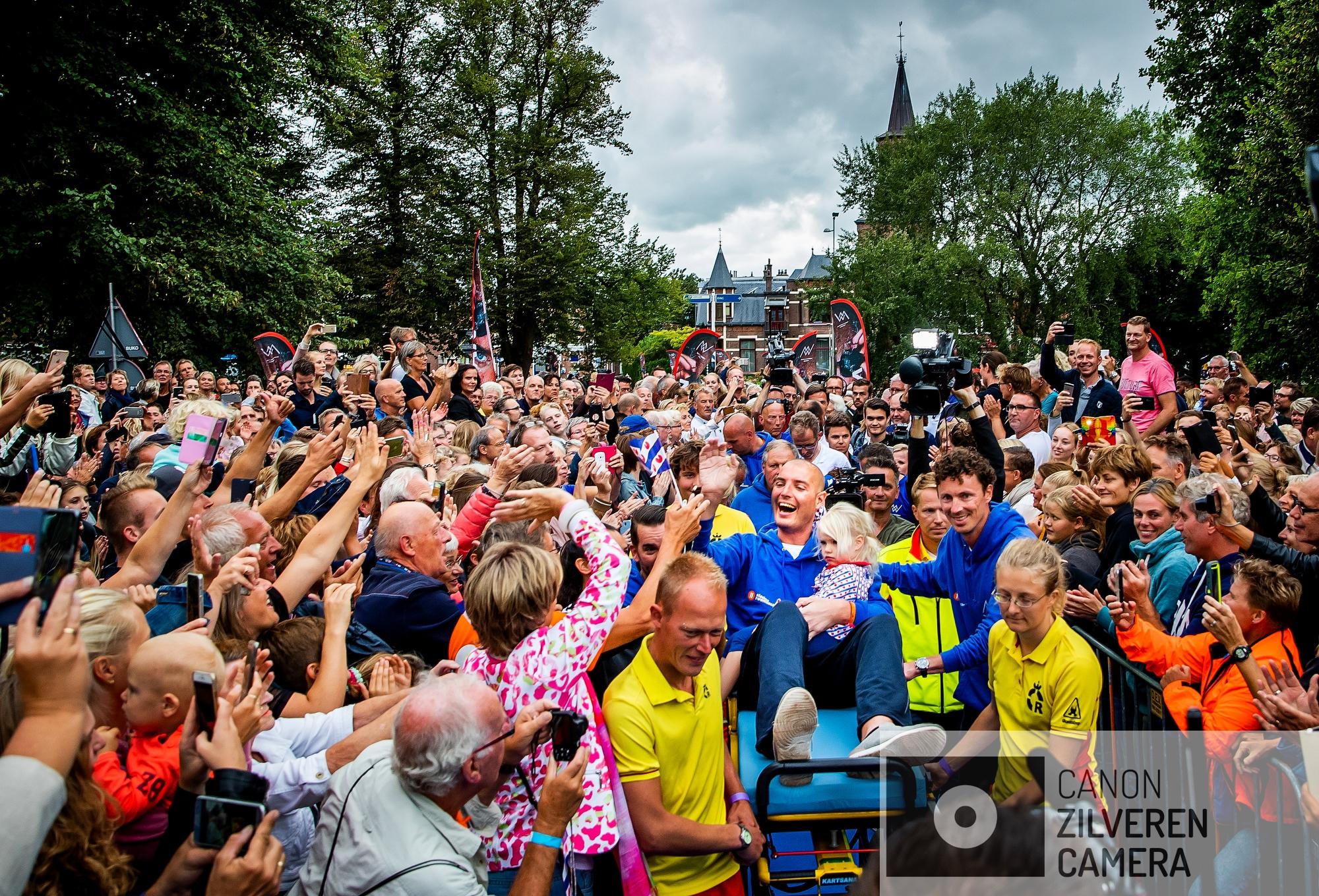 LEEUWARDEN - Maarten van der Weijden wordt gehuldigd in het centrum van Leeuwarden. Het feest in Leeuwarden rond zijn elfstedenzwemtocht gaat door ook al heeft de olympisch zwemmer de tocht niet volbracht. Door misselijkheid kon de 37-jarige zwemmer geen medicijnen binnenhouden.