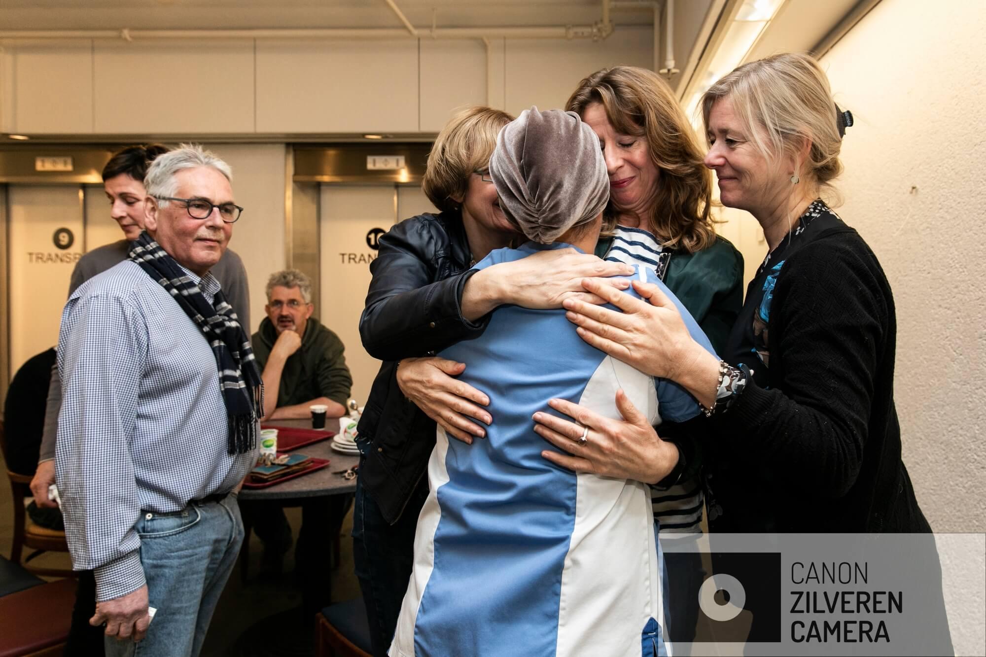 Amsterdam, 7 december 2018 - MC SLOTERVAART. Voor een grote groep medewerkers van het Slotervaartziekenhuis is dit de allerlaatste werkdag, ook voor medewerkers van de koffieshop. Aicha (met mutsje) neemt met pijn in haar hart afscheid van collega's van de OR. Foto Dingena Mol