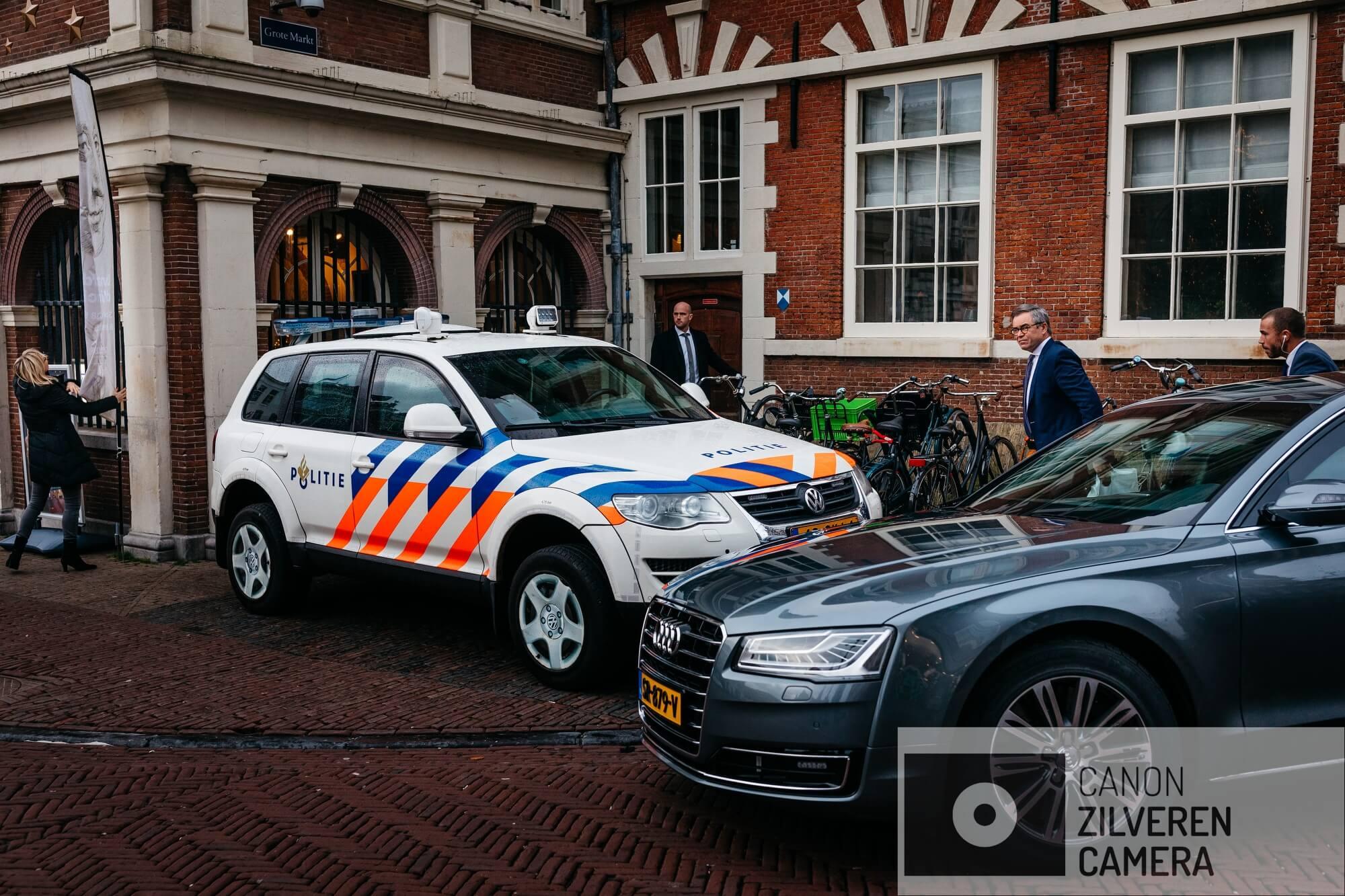 01.Burgemeester Jos Wienen komt aan bij het Stadhuis van Haarlem op de Grote Markt. Ondertussen gaat de VVV open.