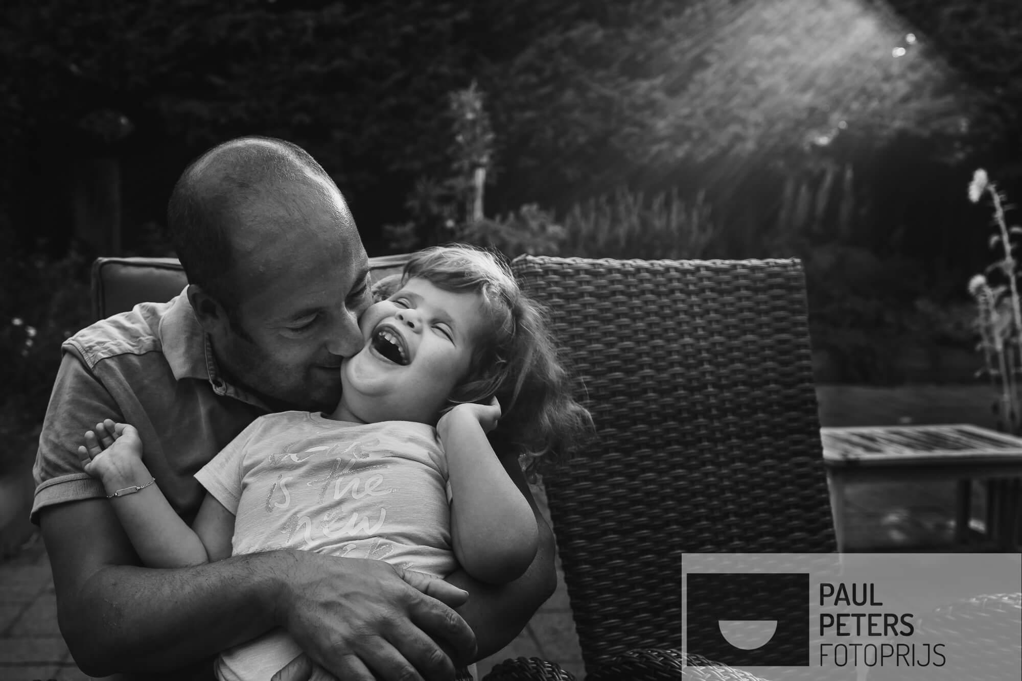 Na het eten even lekker knuffelen met papa. Carmen is blind en doof, dus alles gaat op gevoel.