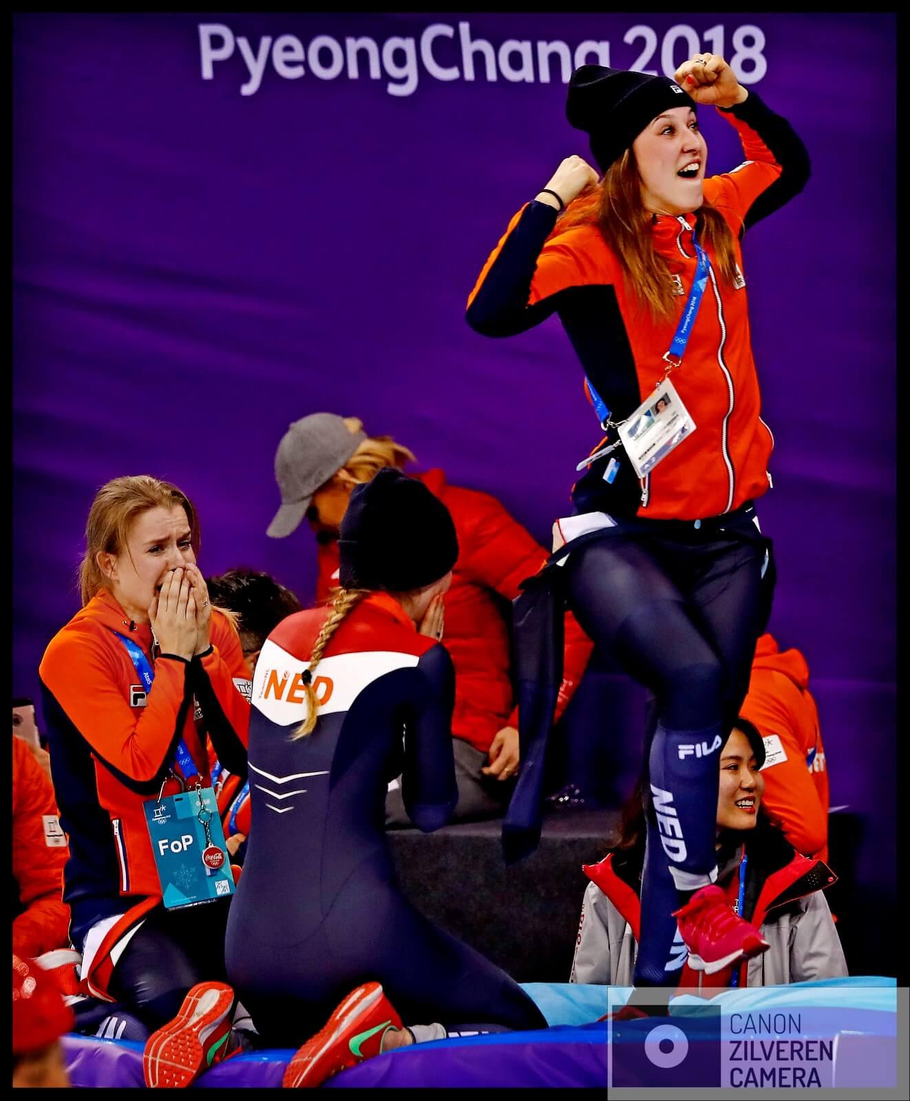 Serie Suzanne Schulting; Van Olympische val tot Sportvrouw van het Jaar. Olympische Winterspelen 2018Zuid-Korea, Gangneung, 06-02-2018FOTO 4De Nederlandse shorttrack relay-ploeg slaagt er niet in de A-finale te halen maar in de B-finale rijden zij een wereldrecord. Door twee straffen voor landen in de A-finale winnen zij toch nog brons. Het ongeloof straalt af van het gezicht van Yara van Kerkhof en rechts springt Schulting van vreugde op de kussens.