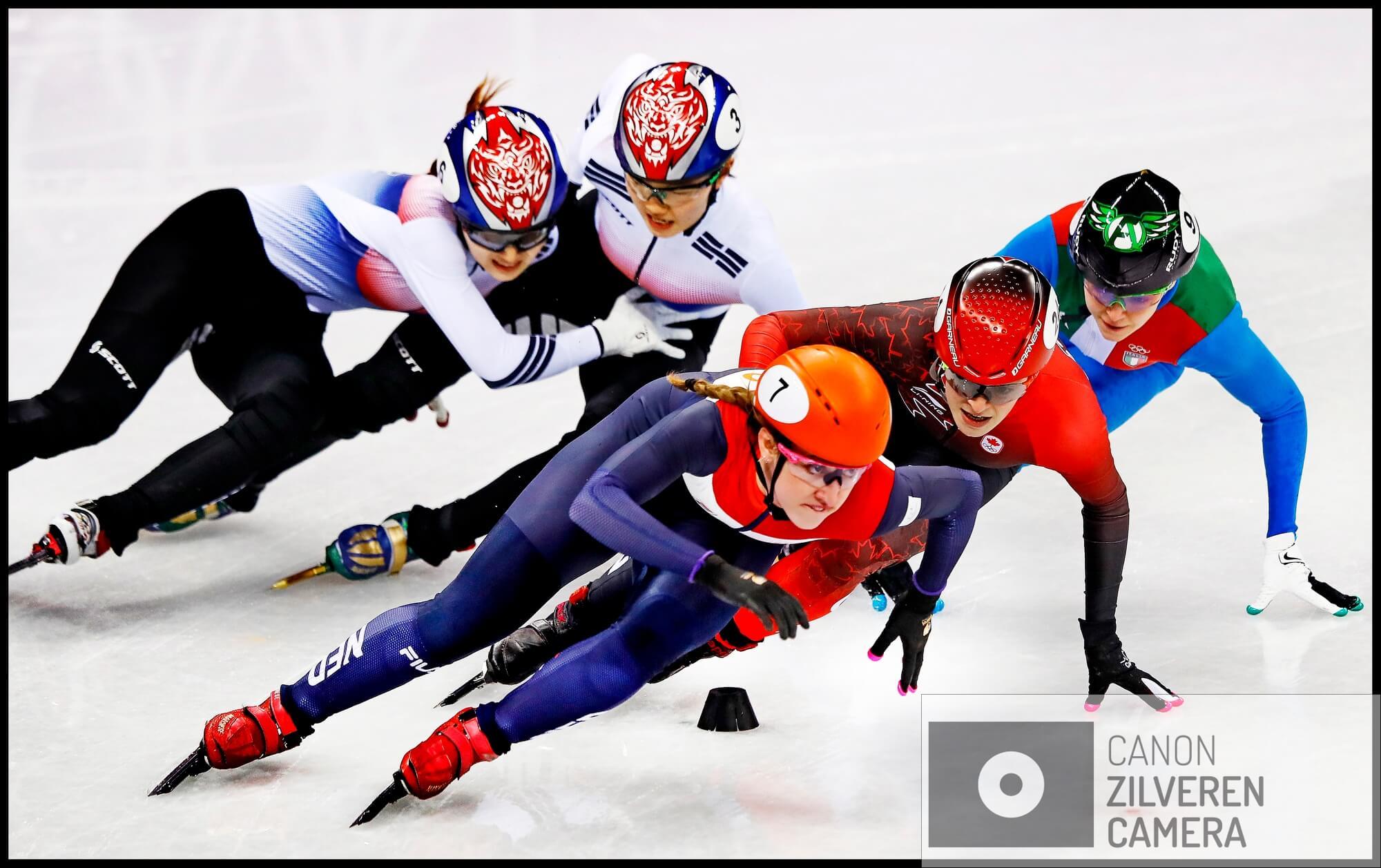 Serie Suzanne Schulting; Van Olympische val tot Sportvrouw van het Jaar. Olympische Winterspelen 2018Zuid-Korea, Gangneung, 22-02-2018FOTO 5Met nog een halve ronde te gaan in de finale op de 1000 meter duwen de Koreaanse dames Suk en Choi elkaar de baan uit waarna Suzanne Schulting de finish in zicht heeft en als eerste zal eindigen voor de Canadese Kim Boutin en Arianne Foantane. Olympisch goud voor Schulting! Ze kan het zelf bijna niet geloven.
