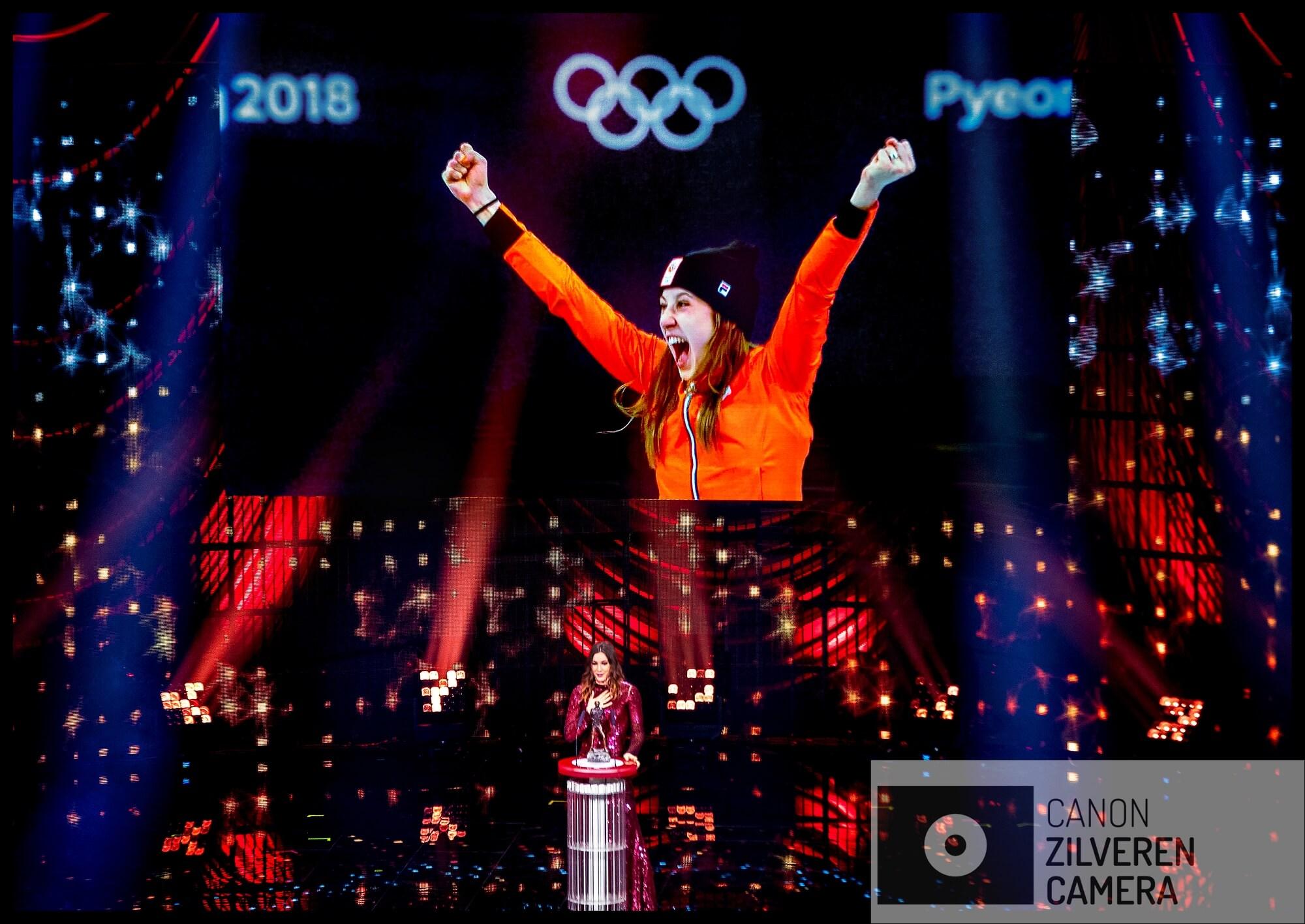 Serie Suzanne Schulting; Van Olympische val tot Sportvrouw van het Jaar. Amsterdam, 19-12-2018FOTO 11Suzanne Schulting kan het niet geloven dat zij is uitgeroepen tot Sportvrouw van het Jaar. Op het podium zoekt in haar rode avondjurk naar de geschikte dankwoorden voor haar coach terwijl op het grote video-scherm =het beeld te zien is van haar vreugde-uitbarsting bij de prijs-uitreiking.