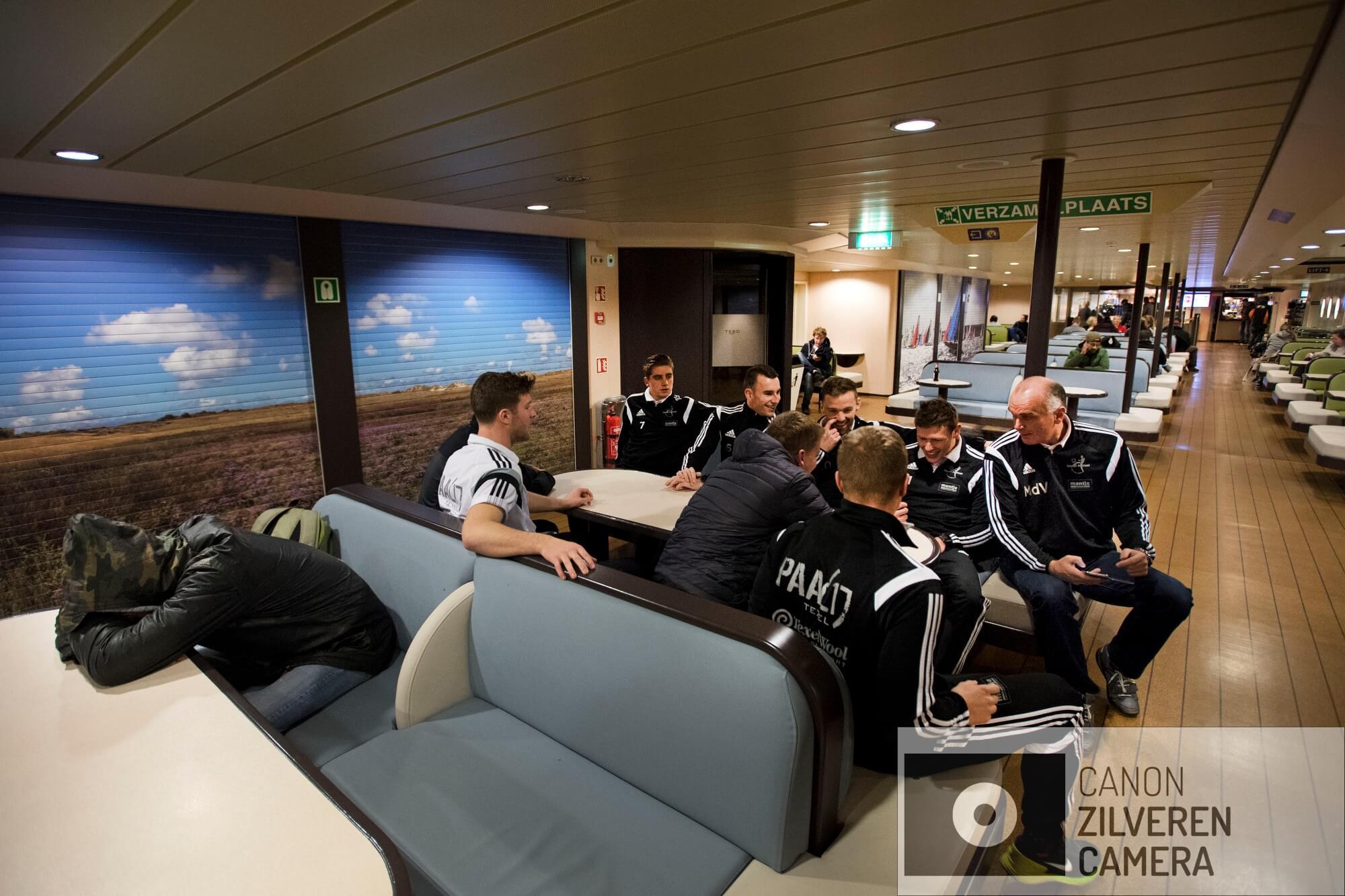 TEXEL/DENHELDER/HOORN. Reportage van zaalvoetbalteam Texel' 94 hoe omslachtig het is om op het vaste land te voetballen. Ze gaan met de TESO boot naar Den Helder. Dan verder met busje naar de wedstrijd. Om midden in de nacht terug naar Texel te komen wordt er een zgn watertaxi gehuurd die het team vanuit Den helder terug naar Texel brengt. De wedstrijd tegen vv Hovocubo werd met 11-5 gewonnen.