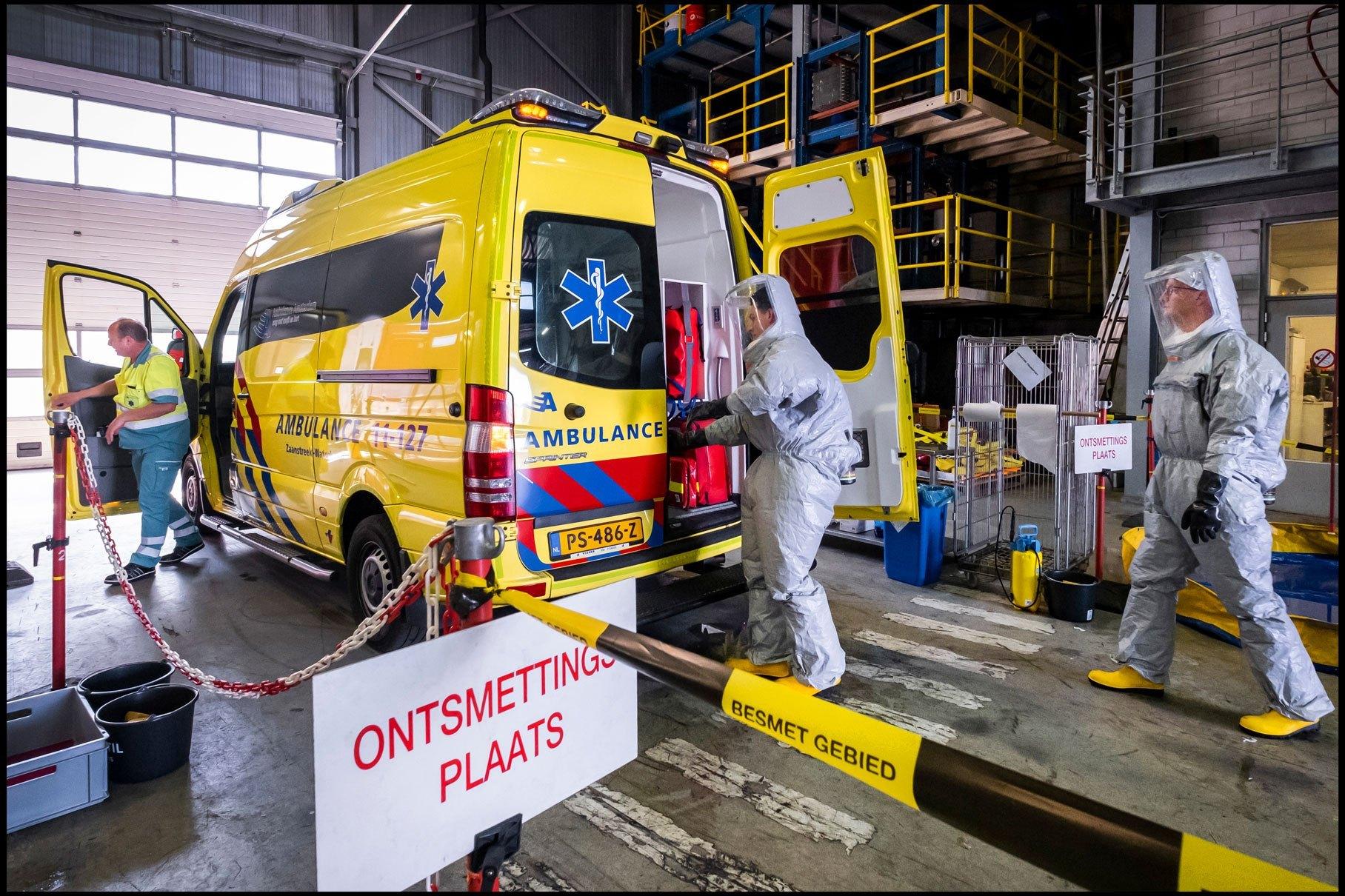 2-13960-NN-s-Ramon-van-Flymen-De-ambulance-wasstraat-in-Zaandam-002