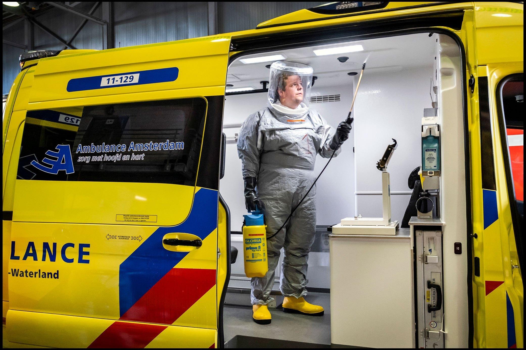 2-13960-NN-s-Ramon-van-Flymen-De-ambulance-wasstraat-in-Zaandam-003