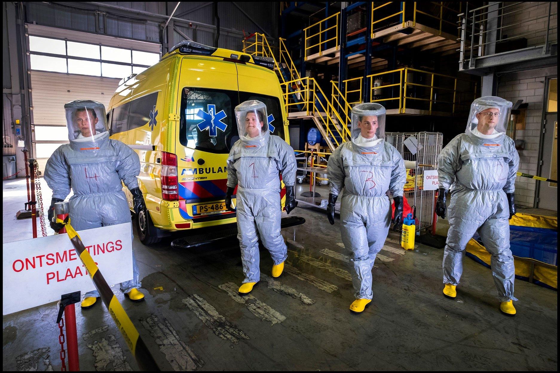 2-13960-NN-s-Ramon-van-Flymen-De-ambulance-wasstraat-in-Zaandam-005