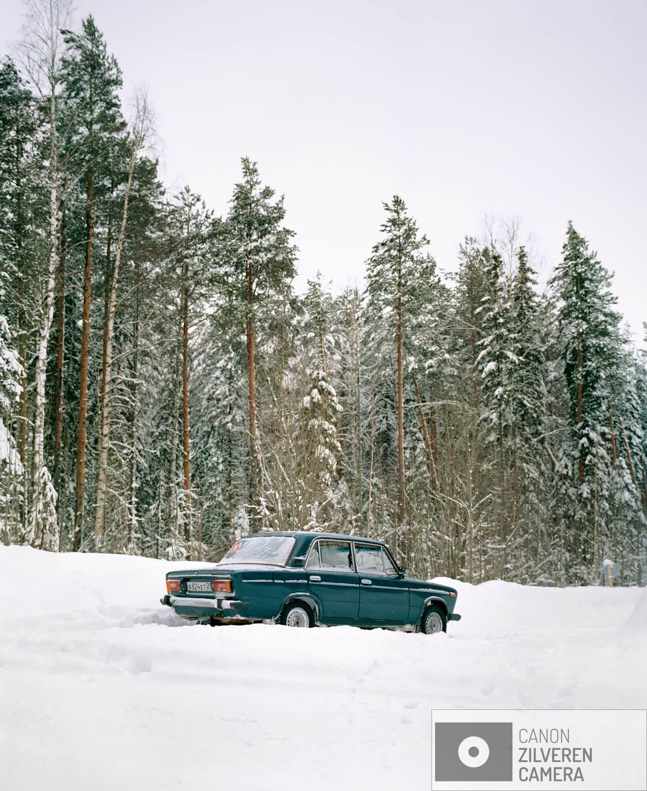 11/12  Borealis / Berdyshikha, Rusland, maart 2018  Het boreale woud is de grootste vegetatiezone op aarde en beslaat zo'n 29 procent van het totale bosgebied. Met een oppervlakte van negen miljoen vierkante kilometer is het flink groter dan het Amazone -regenwoud. Met name in Rusland is sinds de val van het communisme de ontbossing enorm toegenomen. Boreale bossen zetten op grote schaal koolstofdioxide om in zuurstof. Een gemiddelde boom produceert in honderd jaar genoeg zuurstof om een persoon twintig jaar van te laten ademen. Het tropisch regenwoud en het boreale woud vormen samen de longen van onze aarde. Toch is minder dan twaalf procent van deze bossen beschermd gebied. De bomenwereld is door de klimaatverwarming in verandering. Vooral in het hoge noorden zijn die veranderingen merkbaar. Zo kwam de temperatuur vorig jaar in delen van arctisch Rusland 6 á 7 graden boven het gemiddelde.  Gennady Tugushin woont in het dorp Berdyshykha diep verscholen in het eindeloze Russische boreale woud. Het dorp is leeggelopen, zoals vele dorpen in Rusland, alleen Gennady woont er nog samen met zijn vrouw. Gennady heeft zijn hele leven voor het lokale houtbedrijf gewerkt. Ze leveren hout aan een van de grootste papierfabrieken van Europa. Gennady is gepensioneerd maar werkt nog steeds voor het bedrijf om zijn magere pensioen wat aan te vullen.
