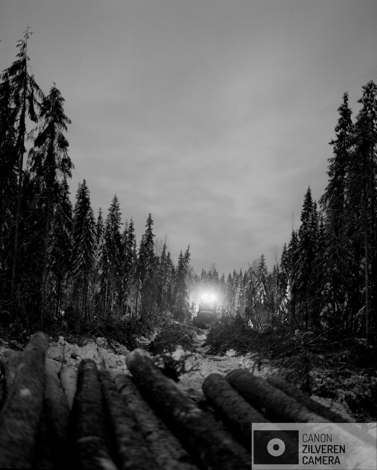 08/12  Borealis / Berdyshikha, Rusland, maart 2018  Het boreale woud is de grootste vegetatiezone op aarde en beslaat zo'n 29 procent van het totale bosgebied. Met een oppervlakte van negen miljoen vierkante kilometer is het flink groter dan het Amazone -regenwoud. Met name in Rusland is sinds de val van het communisme de ontbossing enorm toegenomen. Boreale bossen zetten op grote schaal koolstofdioxide om in zuurstof. Een gemiddelde boom produceert in honderd jaar genoeg zuurstof om een persoon twintig jaar van te laten ademen. Het tropisch regenwoud en het boreale woud vormen samen de longen van onze aarde. Toch is minder dan twaalf procent van deze bossen beschermd gebied. De bomenwereld is door de klimaatverwarming in verandering. Vooral in het hoge noorden zijn die veranderingen merkbaar. Zo kwam de temperatuur vorig jaar in delen van arctisch Rusland 6 á 7 graden boven het gemiddelde.  Gennady Tugushin woont in het dorp Berdyshykha diep verscholen in het eindeloze Russische boreale woud. Het dorp is leeggelopen, zoals vele dorpen in Rusland, alleen Gennady woont er nog samen met zijn vrouw. Gennady heeft zijn hele leven voor het lokale houtbedrijf gewerkt. Ze leveren hout aan een van de grootste papierfabrieken van Europa. Gennady is gepensioneerd maar werkt nog steeds voor het bedrijf om zijn magere pensioen wat aan te vullen.