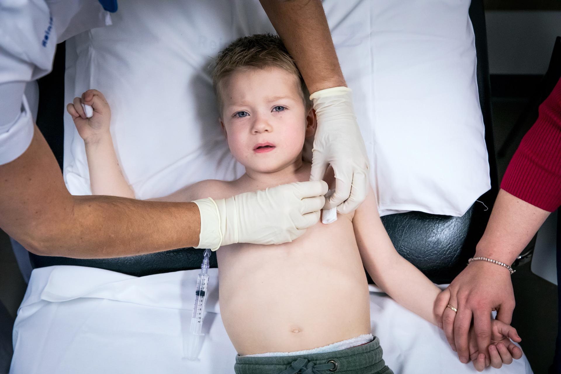 Ondanks zijn jonge leeftijd wordt Daley (3) al twee jaar behandeld tegen leukemie. Elke week moet hij naar het ziekenhuis. Op donderdag krijgt hij voor de 107e keer een prik. Zijn porth a cath wordt voor de 91e keer aangeprikt. En hij krijgt voor de 114e keer chemo door zijn lijn. In totaal heeft Daley 646 chemo's gehad. Ook is hij 46 keer opgenomen, waarvan 31 keer in isolatie en 14 keer spoedopname. Zo klein en 17 keer geopereerd, 34 neussondes gehad, 120 rotdagen, 5 ritjes met de ambulance.