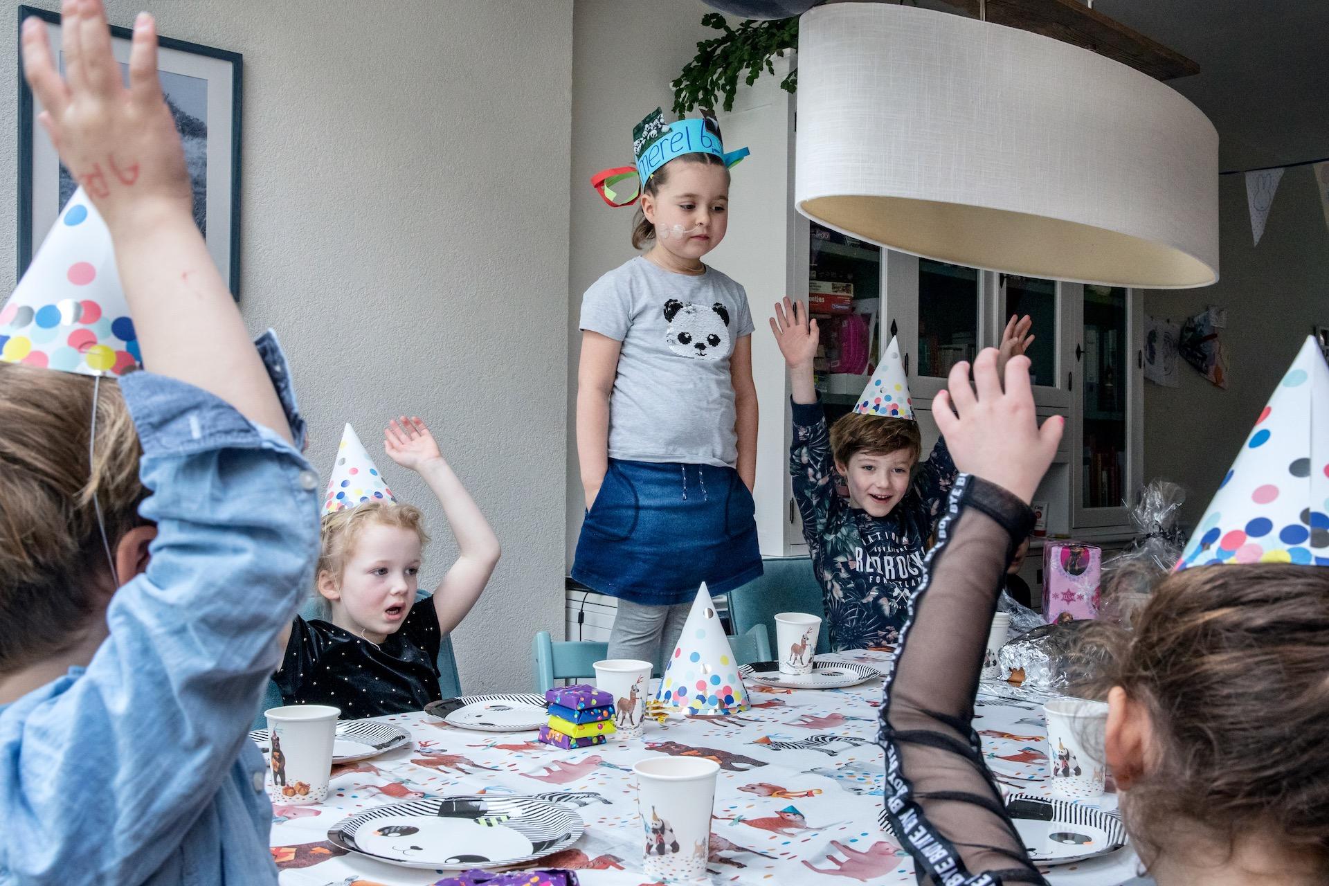 Merel's vriendjes en vriendinnetjes zijn uitgenodigd bij haar thuis voor haar verjaardagsfeestje. Merel (6) heeft leukemie en een zware behandeling van al bijna 2 jaar achter de rug. Ze onderging verschillende chemo's, medicijnen, sondes, prikken, pleisters en operaties. Jarig zijn is een speciaal moment voor Merel, maar ook voor haar ouders, familie en vrienden. Jarig worden is niet vanzelfsprekend voor een kind met leukemie.
