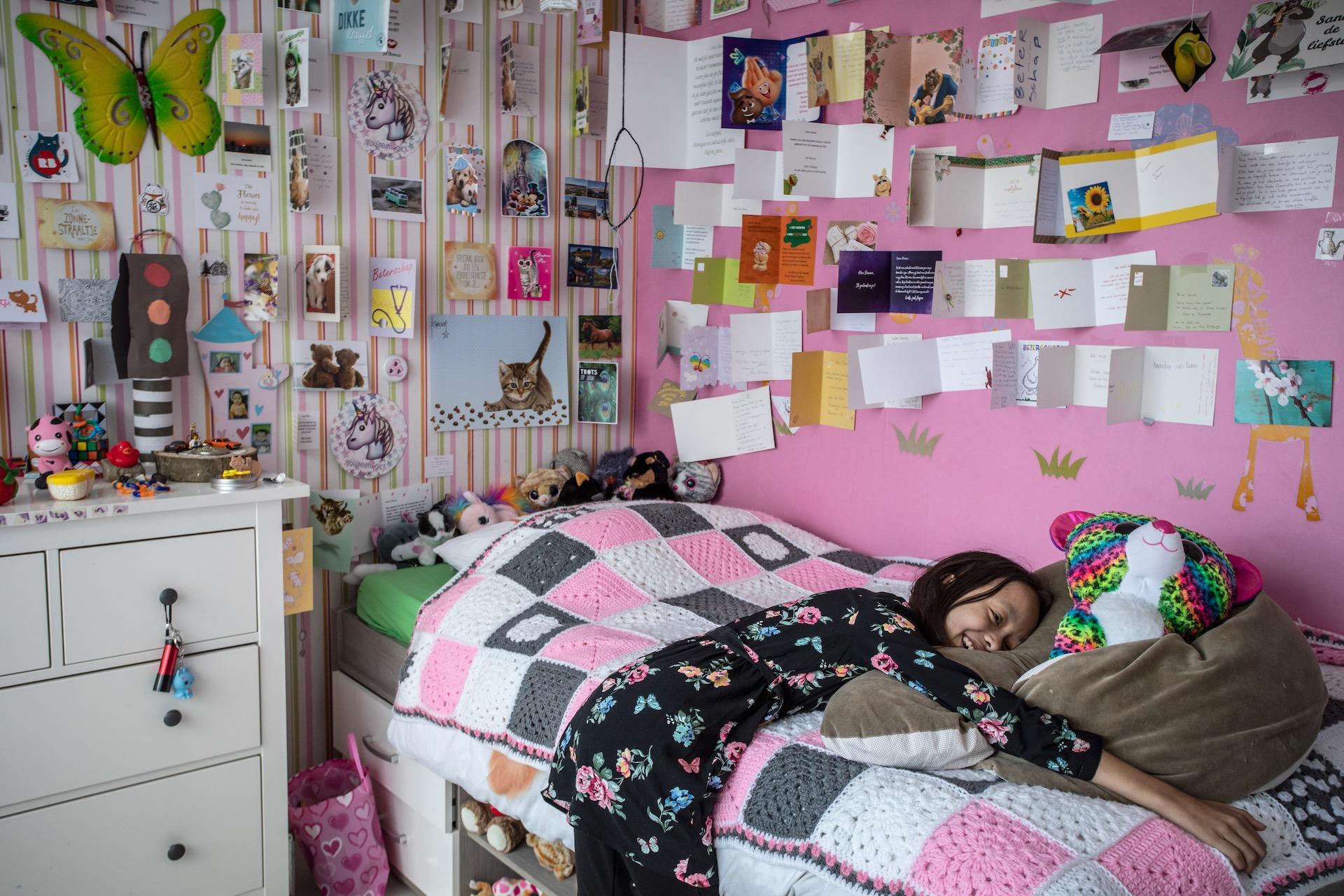 Sanne (11) heeft een hersentumor. Trots laat ze al haar kaartjes zien die ze van alle mensen heeft gekregen die meeleven en aan haar denken.