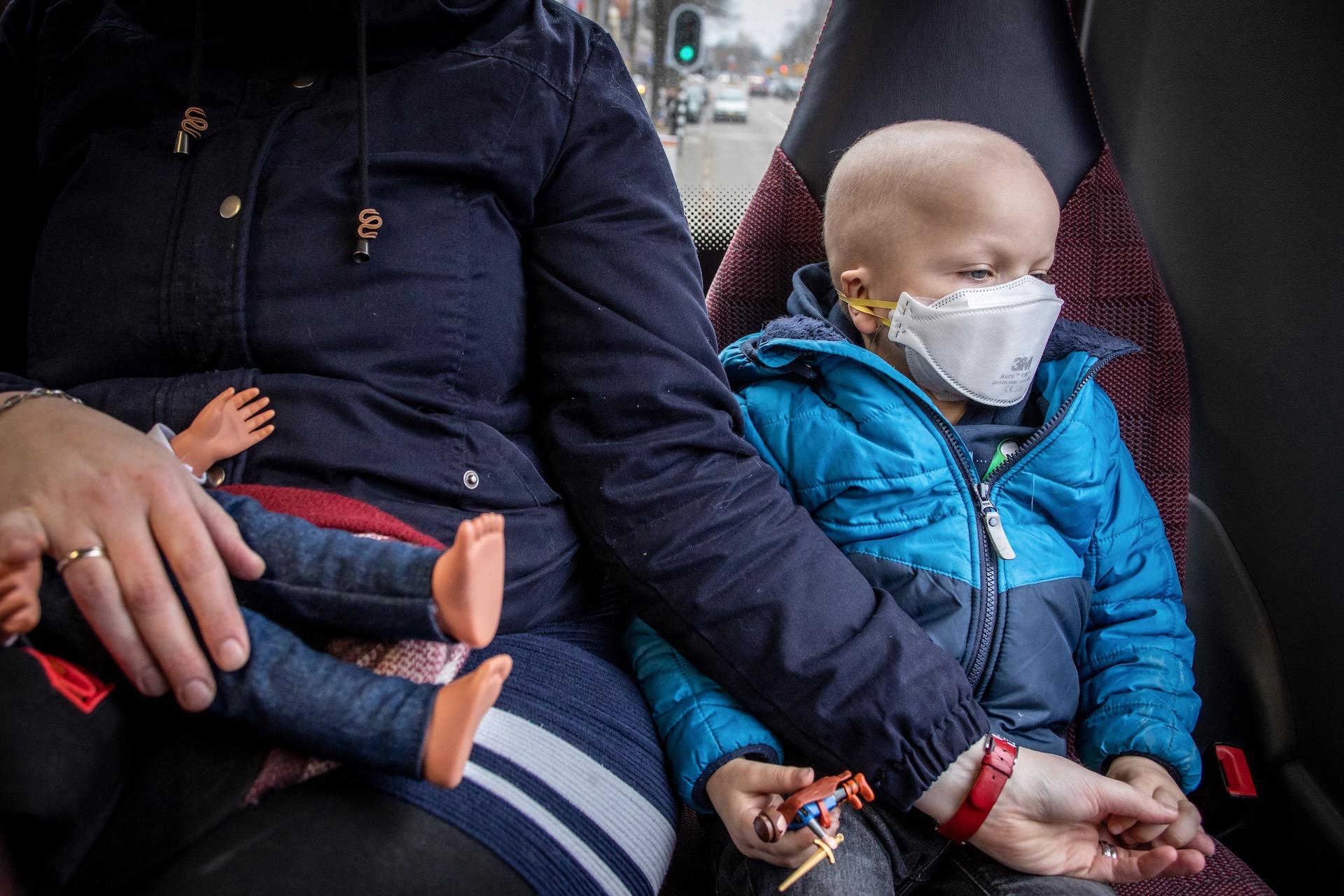 Robbin (5) reist met de bus naar het ziekenhuis voor een bezoek aan de tandarts. Omdat zijn weerstand zo laag is, mag hij niet vaak met de bus reizen. Als hij dat toch doet, moet hij een mondkapje op, omdat hij anders de kans loopt dat hij ziek wordt. Die verkoudheid die jij hebt, kan voor Robbin gevaarlijk zijn. Door leukemie is zijn dagelijks leven en alles wat vanzelfsprekend is, niet meer zo vanzelfsprekend.