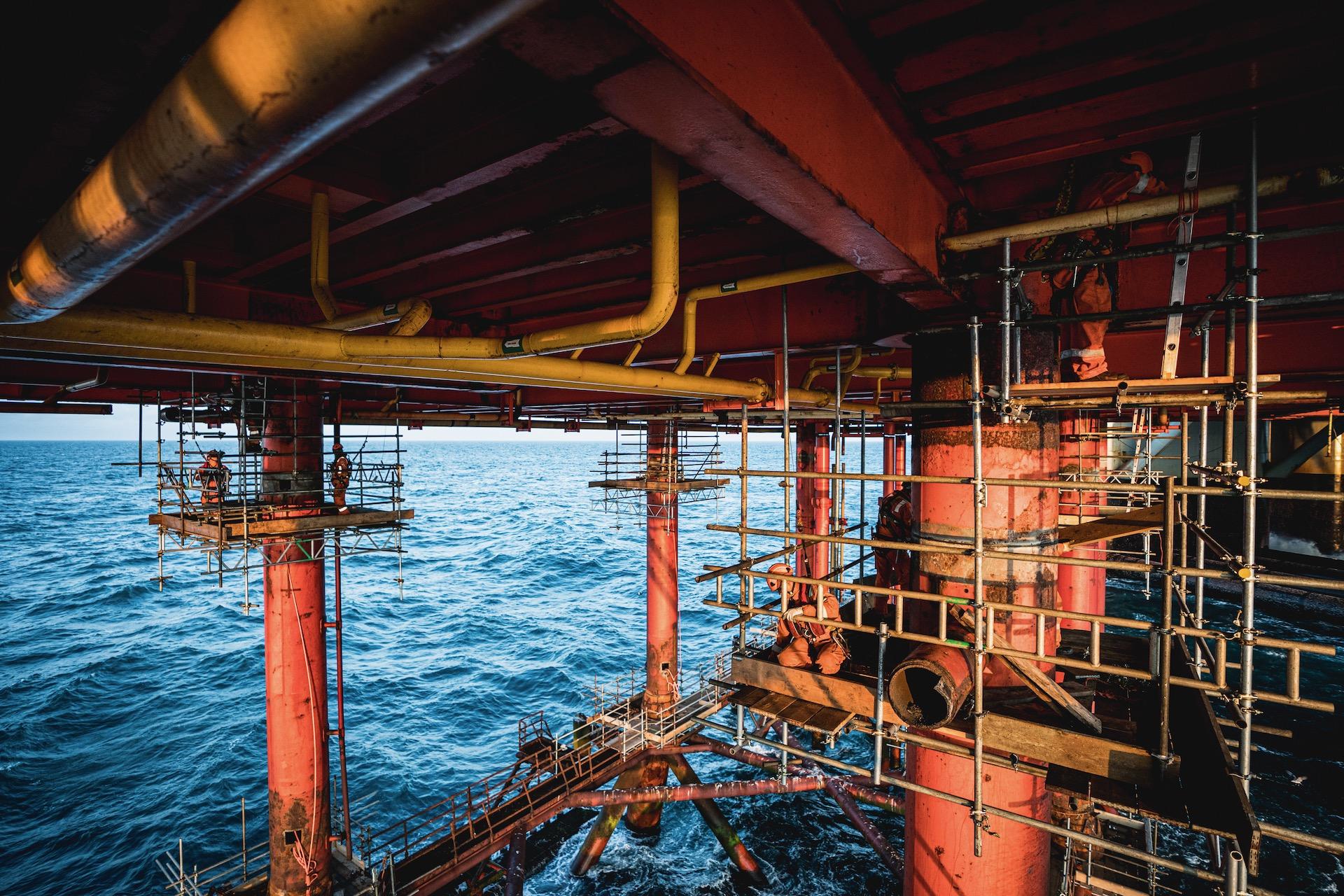 Nederland, Noordzee, 02-08-2019.  Reportage over Kraanschip Thialf. Foto van de onderkant van het boorplatform. Het lassen is klaar en de steigers etc kunnen worden afgebroken.   Foto: Siese Veenstra