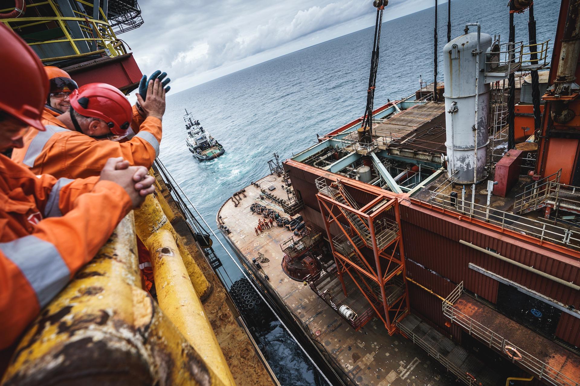 Nederland, Noordzee, 03-08-2019.  Reportage over Kraanschip Thialf. Boorplatform K18 Kotter staat op het ponton H542. Jan Pluimgraaff  klapt in zijn handen.  Foto: Siese Veenstra