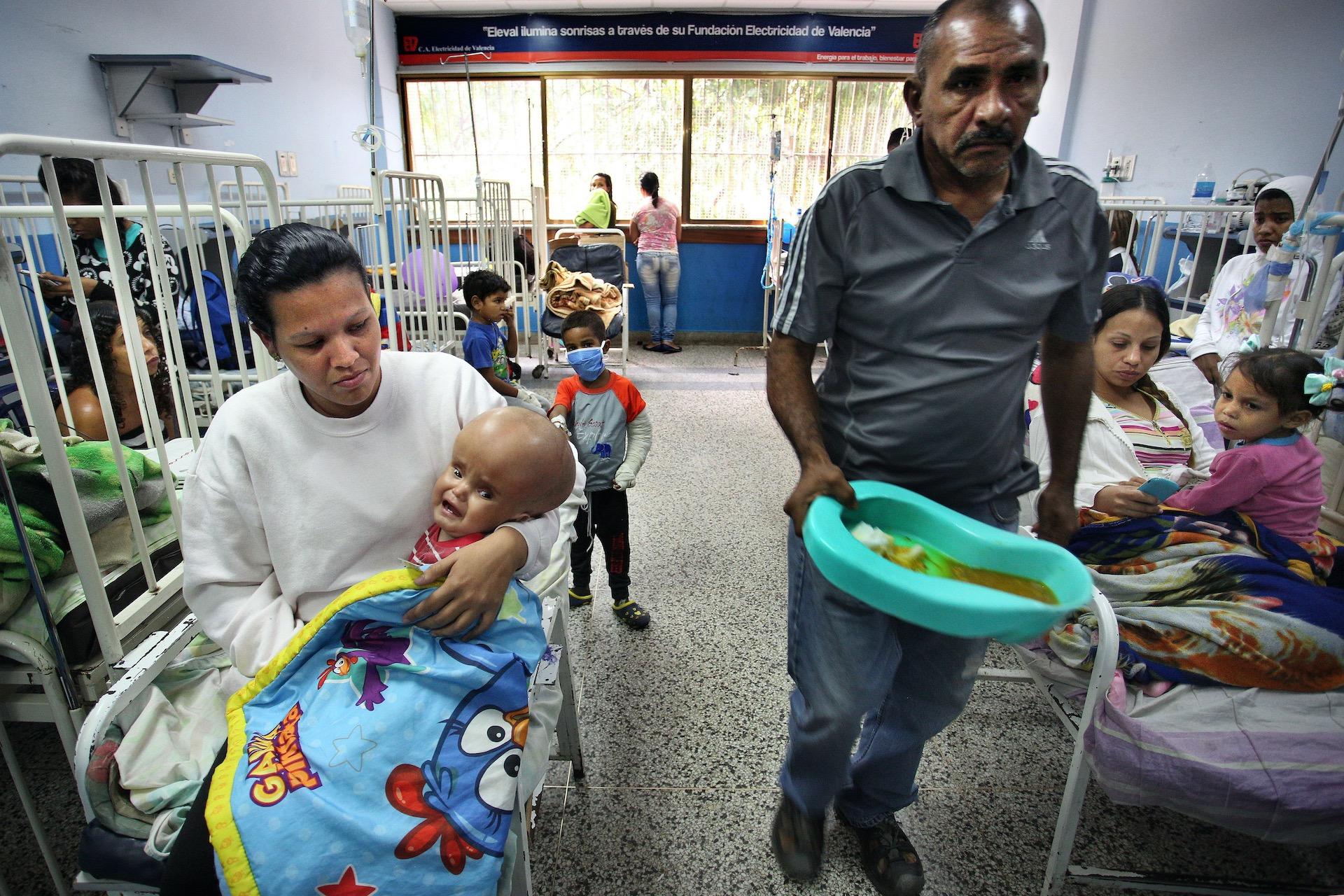 De situatie in Venezuela is al lange tijd zorgwekkend. Er zijn grote tekorten en de impact op de gezondheidszorg is groot. Ziekenhuizen kampen met tekorten aan alles. Medicijnen zijn niet te verkrijgen of onbetaalbaar. Het Rode Kruis levert medicijnen en andere medische voorzieningen aan ziekenhuizen, o.a. generatoren. De elektriciteit valt regelmatig uit, wat gevaarlijk is voor de patiënten die afhankelijk zijn van medische apparatuur. Door de stroomuitval zijn ook veel medische apparaten kapot gegaan en onbruikbaar geworden.