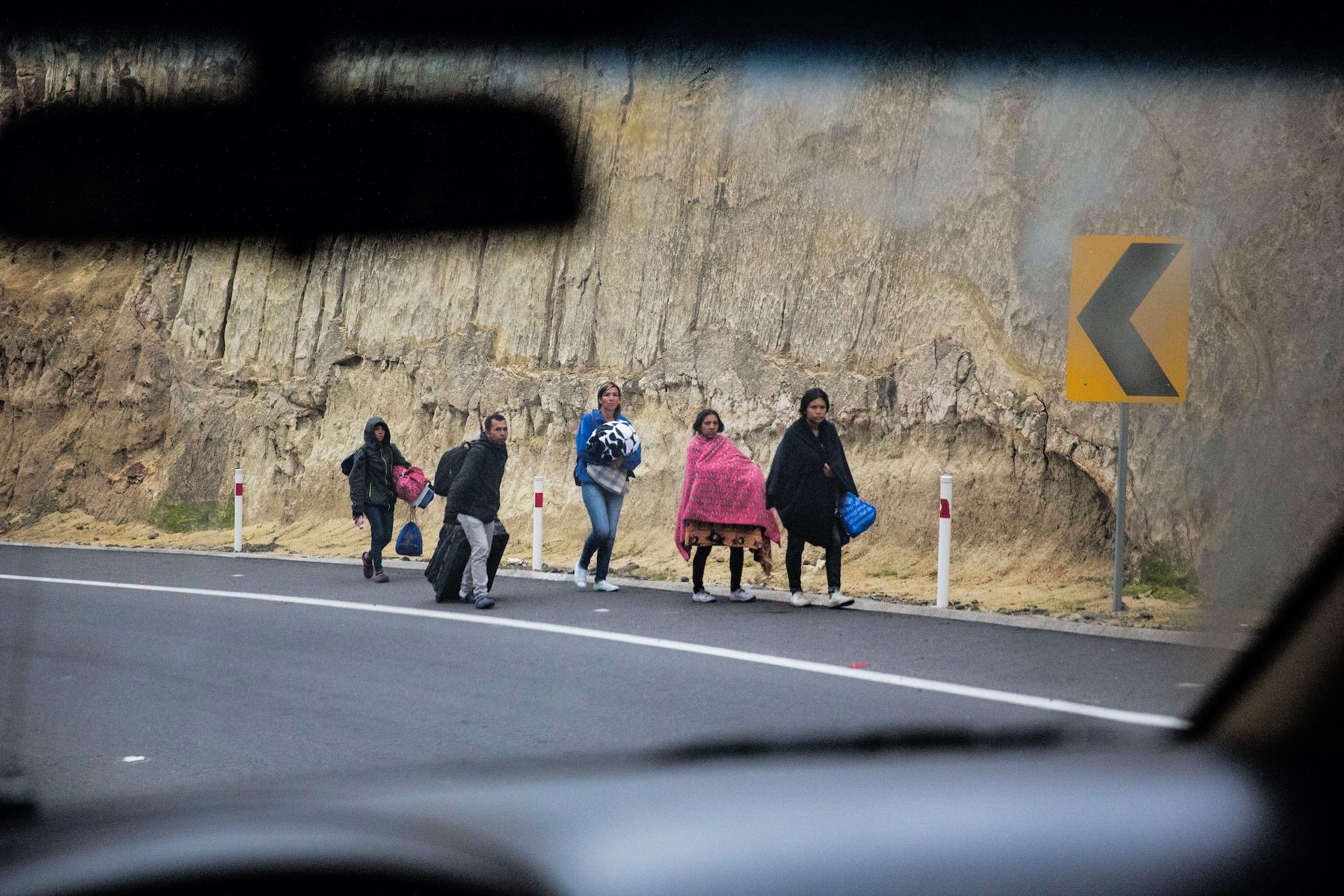 Slippers , crocs etc waarop sommige vluchtelingen honderden kilometers moeten afleggen van Venezulea door Colombia en Equador naar PeruIn Rumichaca, de grensovergang tussen Ecuador en Colombia, steken dagelijks honderden mensen de grens over, vaak net gevlucht uit Venezuela en heel Colombia doorgereisd. Met de bus, liftend of te voet. Het grootste gedeelte van de vluchtelingen reizen door Equador naar Peru omdat daar meer werk is te vinden. Sommigen hebben niets meer dan een tasje met wat kleding bij zich. Veel worden onderweg beroofd van hun bezittingen. Het Rode Kruis heeft hulpposten bij de grensovergang voor de mensen die totaal uitgeput zijn. De hulporganisatie zorgt hier voor schoon drinkwater, deelt toiletartikelen uit, verleent eerste hulp en helpt bij contactherstel met achtergebleven familie. Giro5125 van het Rode Kruis is geopend voor hulp aan de Venezolanen die massaal op de vlucht zijn.