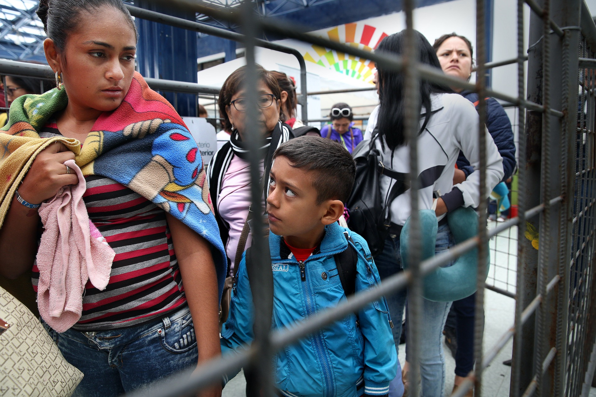 In Rumichaca, de grensovergang tussen Ecuador en Colombia, steken dagelijks honderden mensen de grens over, vaak net gevlucht uit Venezuela en heel Colombia doorgereisd. Met de bus, liftend of te voet. Het grootste gedeelte van de vluchtelingen reizen door Equador naar Peru omdat daar meer werk is te vinden. Sommigen hebben niets meer dan een tasje met wat kleding bij zich. Veel worden onderweg beroofd van hun bezittingen. Het Rode Kruis heeft hulpposten bij de grensovergang voor de mensen die totaal uitgeput zijn. De hulporganisatie zorgt hier voor schoon drinkwater, deelt toiletartikelen uit, verleent eerste hulp en helpt bij contactherstel met achtergebleven familie.