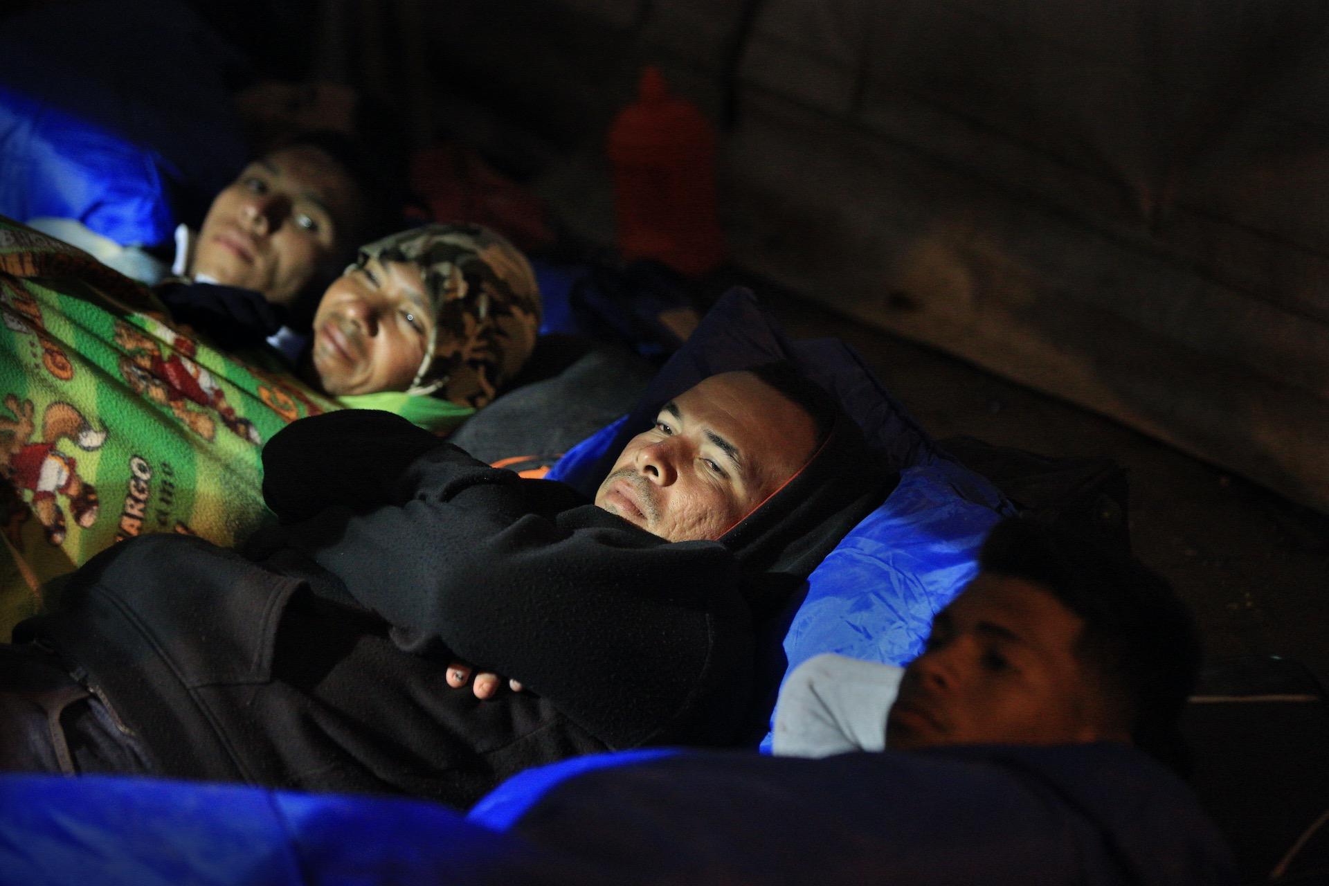 In Rumichaca, de grensovergang tussen Ecuador en Colombia, steken dagelijks honderden mensen de grens over, vaak net gevlucht uit Venezuela en heel Colombia doorgereisd. Met de bus, liftend of te voet. Sommigen hebben niets meer dan een tasje met wat kleding bij zich. Veel worden onderweg beroofd van hun bezittingen. Het Rode Kruis heeft hulpposten bij de grensovergang voor de mensen die totaal uitgeput zijn. De hulporganisatie zorgt hier voor schoon drinkwater, deelt toiletartikelen uit, verleent eerste hulp en helpt bij contactherstel met achtergebleven familie.