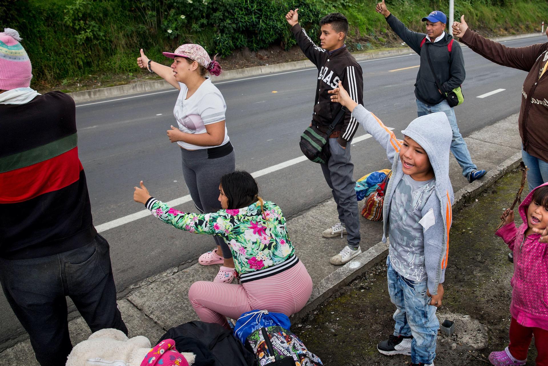 Liften richting Peru.In Rumichaca, de grensovergang tussen Ecuador en Colombia, steken dagelijks honderden mensen de grens over, vaak net gevlucht uit Venezuela en heel Colombia doorgereisd. Met de bus, liftend of te voet. Sommigen hebben niets meer dan een tasje met wat kleding bij zich. Veel worden onderweg beroofd van hun bezittingen.
