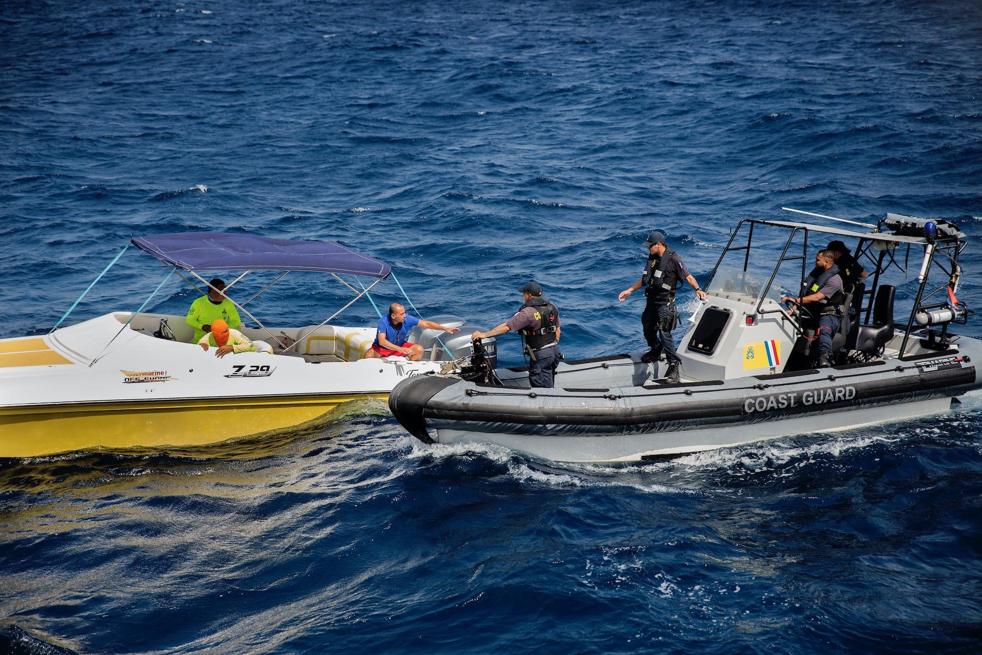 De kustwacht van Aruba op patrouille . Zij controleren bootjes in de territoriale wateren rond het eiland op drugssmokkel, benzine smokkel vanaf Venezuela en mensensmokkel. De bootjes met vluchtelingen uit Venezuela komen ook vaak  snachts waarbij de vluchtelingen 60 meter uit de kust in het water moeten springen en naar land zwemmen.Foto: Arie Kievit