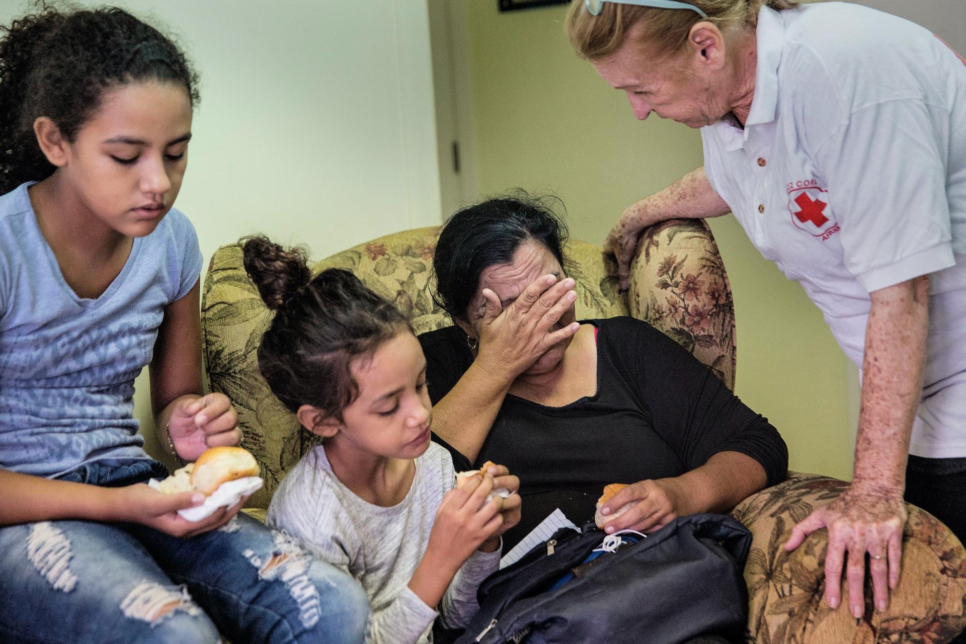 ArubaOma en haar twee kleinkinderen, vluchtelingen uit Venezuela, krijgen wat te eten bij het Rode Kruis. Als er gevraagd wordt hoe het met haar gaat moet ze huilen. De ouders van de kinderen zijn teruggestuurd naar Venezuela. Vluchtelingen uit Venezuela  op Aruba. Sommigen zijn gevlucht, omdat de omstandigheden in Venezuela niet meer leefbaar zijn vanwege economische redenen. Anderen vanwege politieke redenen en zeggen dat zij vrezen voor hun leven in Venezuela.