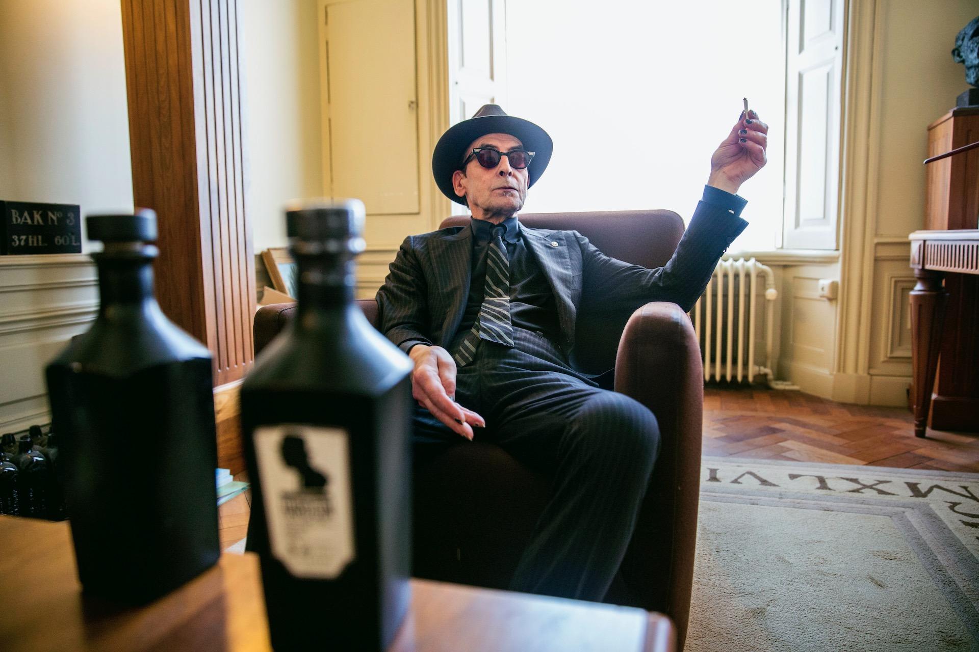 Jules Deelder wordt dit jaar 75 en daarom krijgt hij een eigen gin. Gedistilleerd door Loopuyt in Schiedam. ,,Deelder Hard Gin hakt erin.''De dandy nachtburgemeester drinkt gin 'sinds mensenheugenis' met een wolkje tonic en zo weinig mogelijk ijsklonten. Het alcoholpercentage in Deelder Hard Gin is zijn geboortejaar in spiegelbeeld: 44,91 procent.(Tekst AD)Deelder Hard Gin is hoekig, hij glijdt niet laf naar binnen. De afdronk is Spartaans'', vindt de naamgever en Spartasupporter in hart en lever. ,,Een Spartaanse afdronk is een nekschot in deze stad. Deelder Hard Gin vormt geen gevaar voor de volksgezondheid. ,,Laat onverlet dat je er uiteindelijk lazarus van wordt.''Van Deelder Hard Gin verschijnen medio juni welgeteld 1944 flessen op de markt, alle flessen zijn genummerd en voorzien van een gedicht van de meester. ,,Dat gedicht zit nog in de buizenpost.'' De flessen dragen dezelfde kleur als de maatpakken van de poëet. De verkoop van deze gelimiteerde gin geschiedt uitsluitend op basis van inschrijving