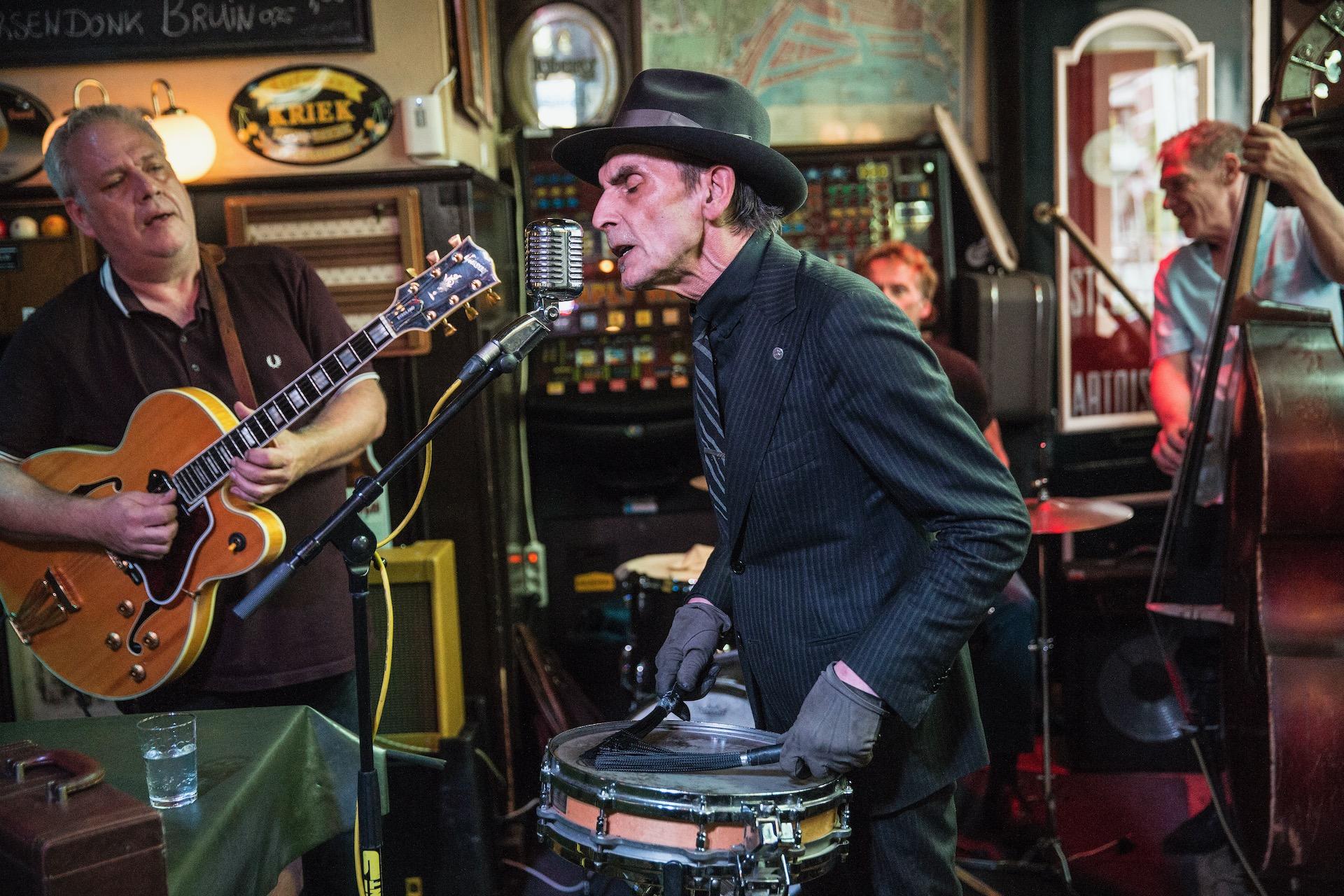 ROTTERDAM - Optreden van Juul Deelder en zijn band in een kroeg in de wijk delfshaven. Jazz muziek is zijn passie.zijn hardgin wordt gepromoot en verkocht 75 € per fles.