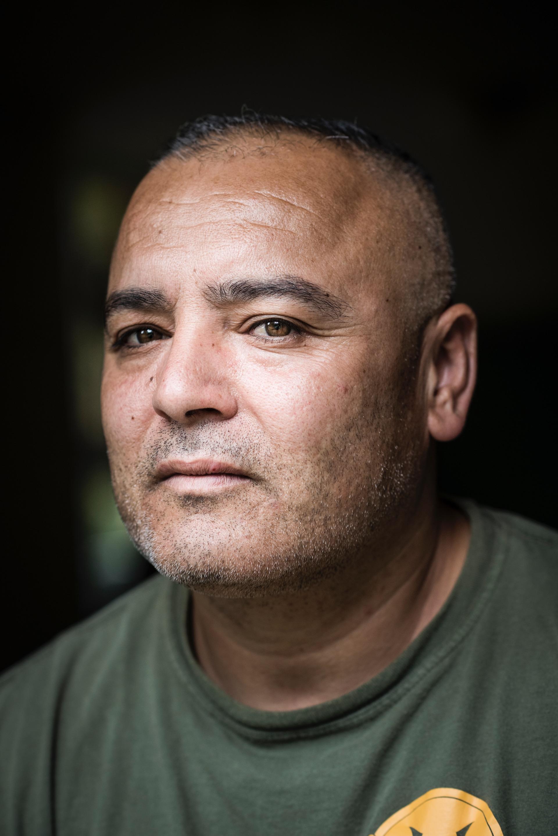 Jamal is een veteraan, woonachtig op Thuisbasis Veteranen, een opvanghuis voor militairen die de oorlog niet meer uit hun hoofd krijgen.De veteranen daar kwamen ze in dit opvanghuis terecht na een crisissituatie. Ze deden een zelfmoordpoging, pleegden een geweldsmisdrijf of raakten dakloos. Door defensie voelden ze zich in de steek gelaten. Ze konden nergens meer heen, behalve hier, tussen hun lotgenoten.  Thuisbasis Veteranen biedt een woonlocatie aan voor veteranen met PTTS die behoefte hebben aan (meer) ondersteuning in het dagelijks functioneren, sociale contacten en veiligheid. Thuisbasis Veteranen is gelegen in een tweetal ogenschijnlijke boerderijen (gebouwd door de Duitsers in de oorlog om niet in het landschap op te vallen) en een bunker, alle muren zijn erg dik.