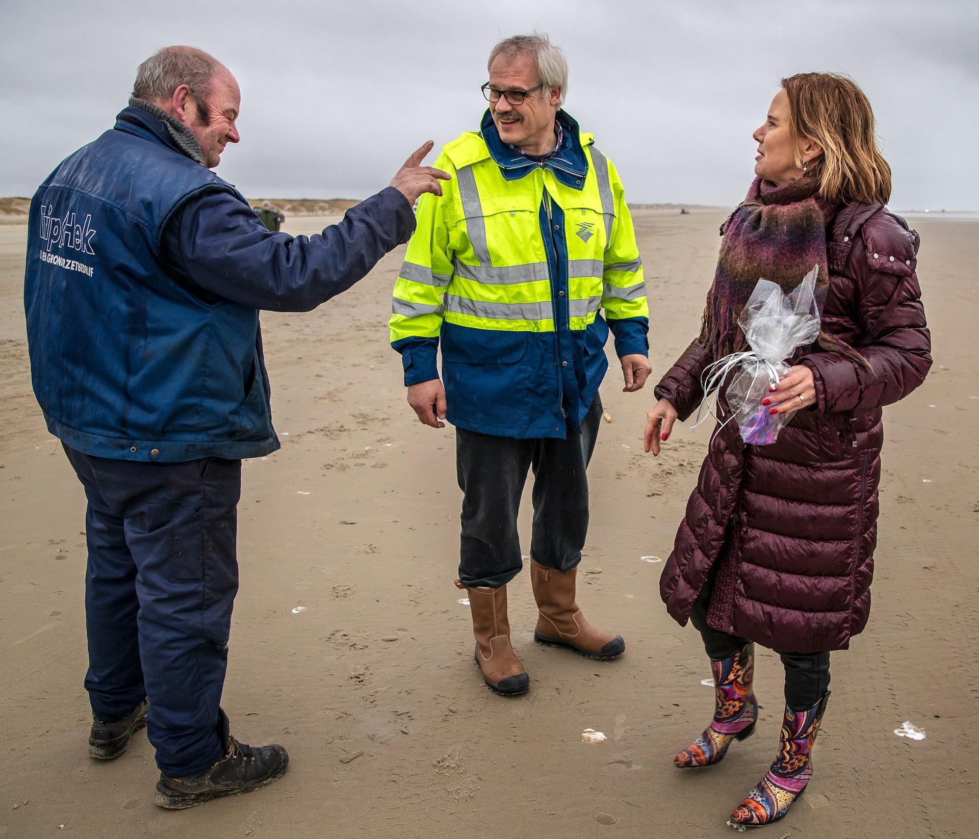 my little pony kreeg ze na afloop van haar bezoek Van Nieuwenhuizen neemt het woord 'ecologische ramp' in de mondMinister Cora van Nieuwenhuizen (Infrastructuur en Waterstaat) brengt donderdag een werkbezoek aan Terschelling. Ze zal zich daar persoonlijk op de hoogte stellen over de gevolgen van de 290 containers die vorige week zijn verloren door het containerschip MSC Zoe bij de Waddeneilanden.foto 11