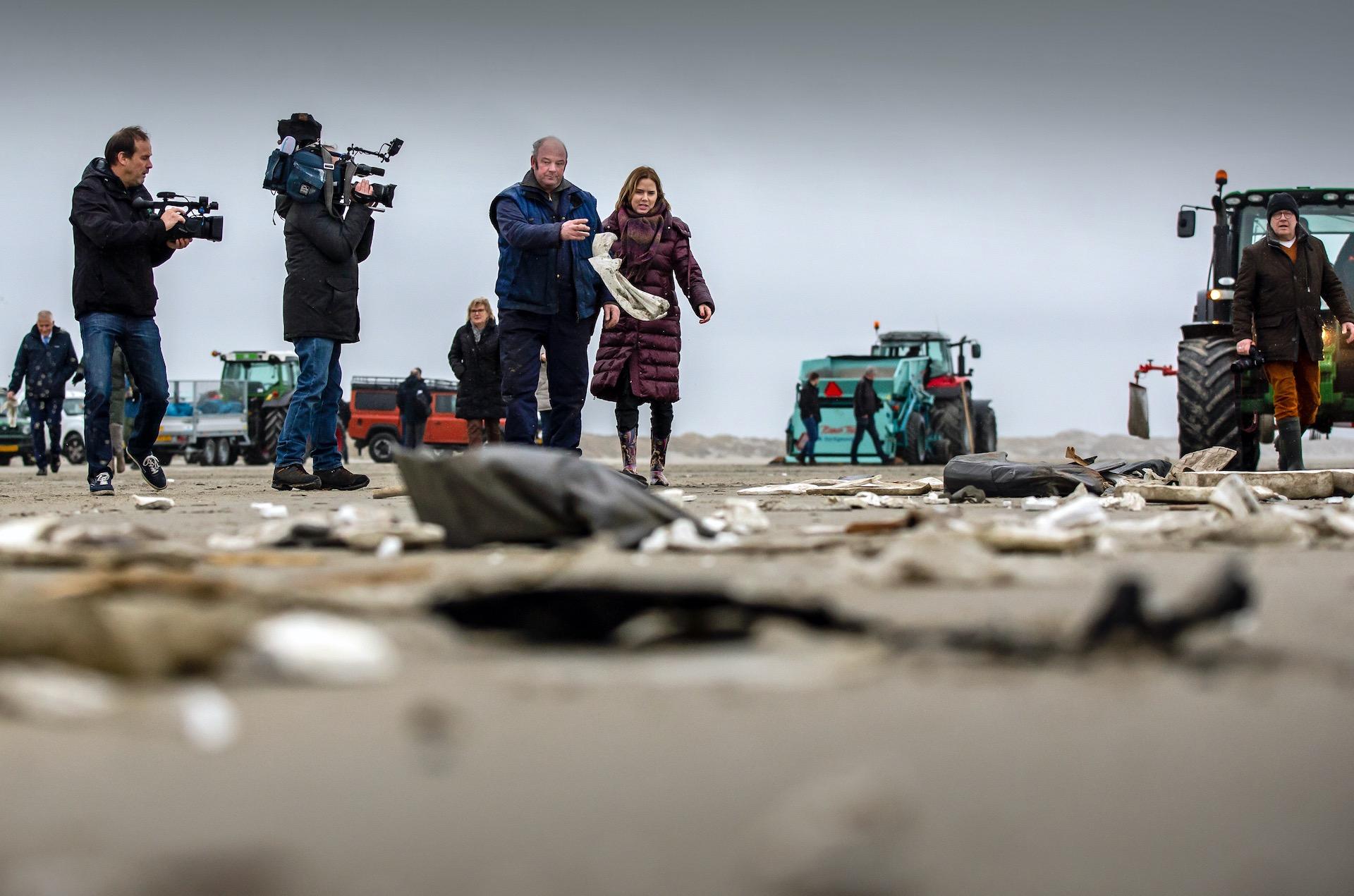 Van Nieuwenhuizen neemt het woord 'ecologische ramp' in de mondMinister Cora van Nieuwenhuizen (Infrastructuur en Waterstaat) brengt donderdag een werkbezoek aan Terschelling. Ze zal zich daar persoonlijk op de hoogte stellen over de gevolgen van de 290 containers die vorige week zijn verloren door het containerschip MSC Zoe bij de Waddeneilanden. foto 4