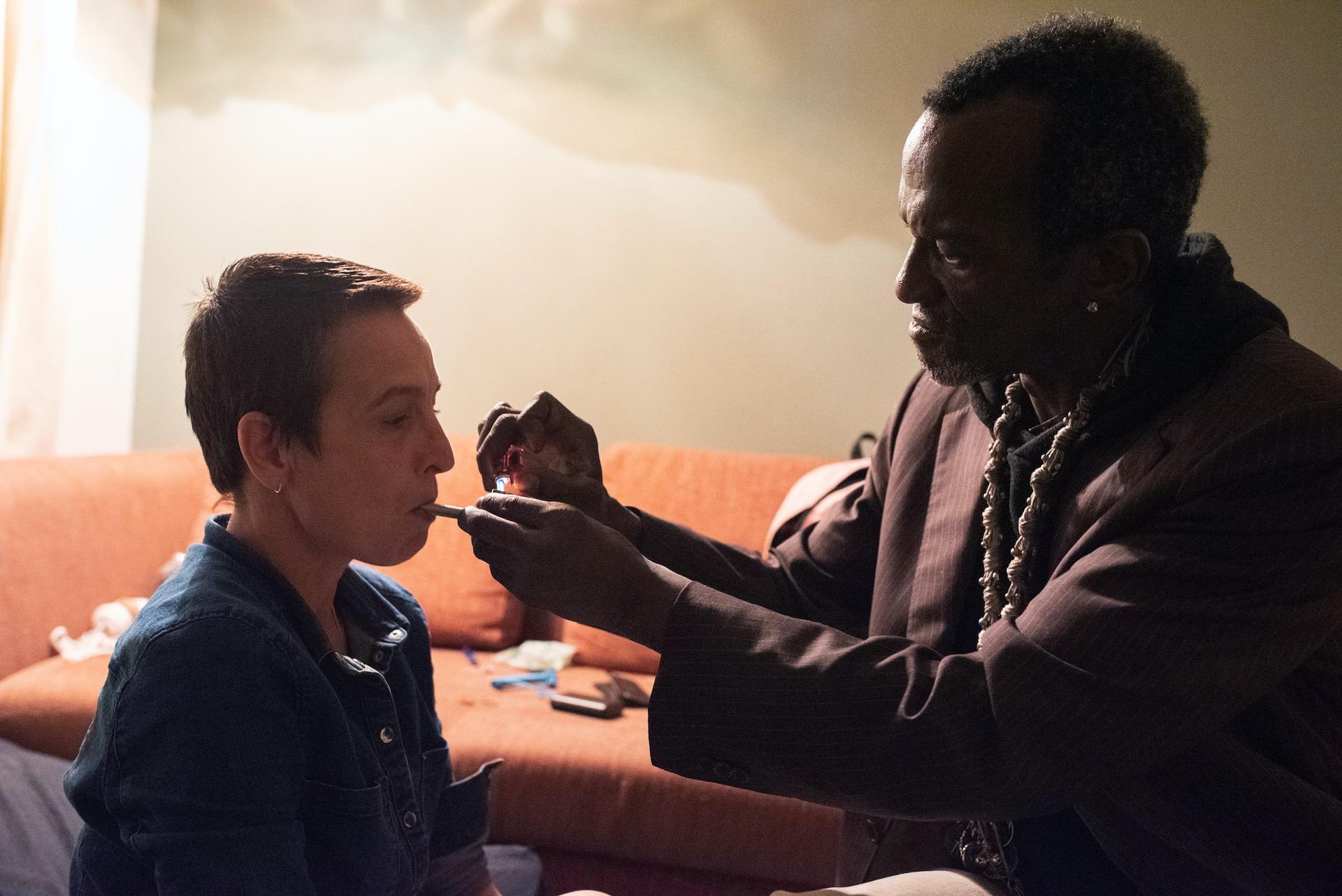 Hilmano geeft Iris drugs