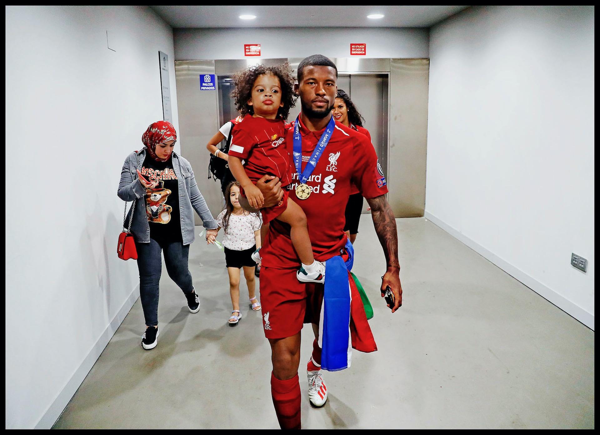 Spanje, Madrid, 02-06-2019 Serie; Geen Champions League victorie zonder familie! Champions League finale Liverpool-Tottenham Hotspur. Na een lange zoektocht sluit hij zijn zoontje Jacian Emile in de armen. Na een ritje in de lift lopen ze naar het veld.