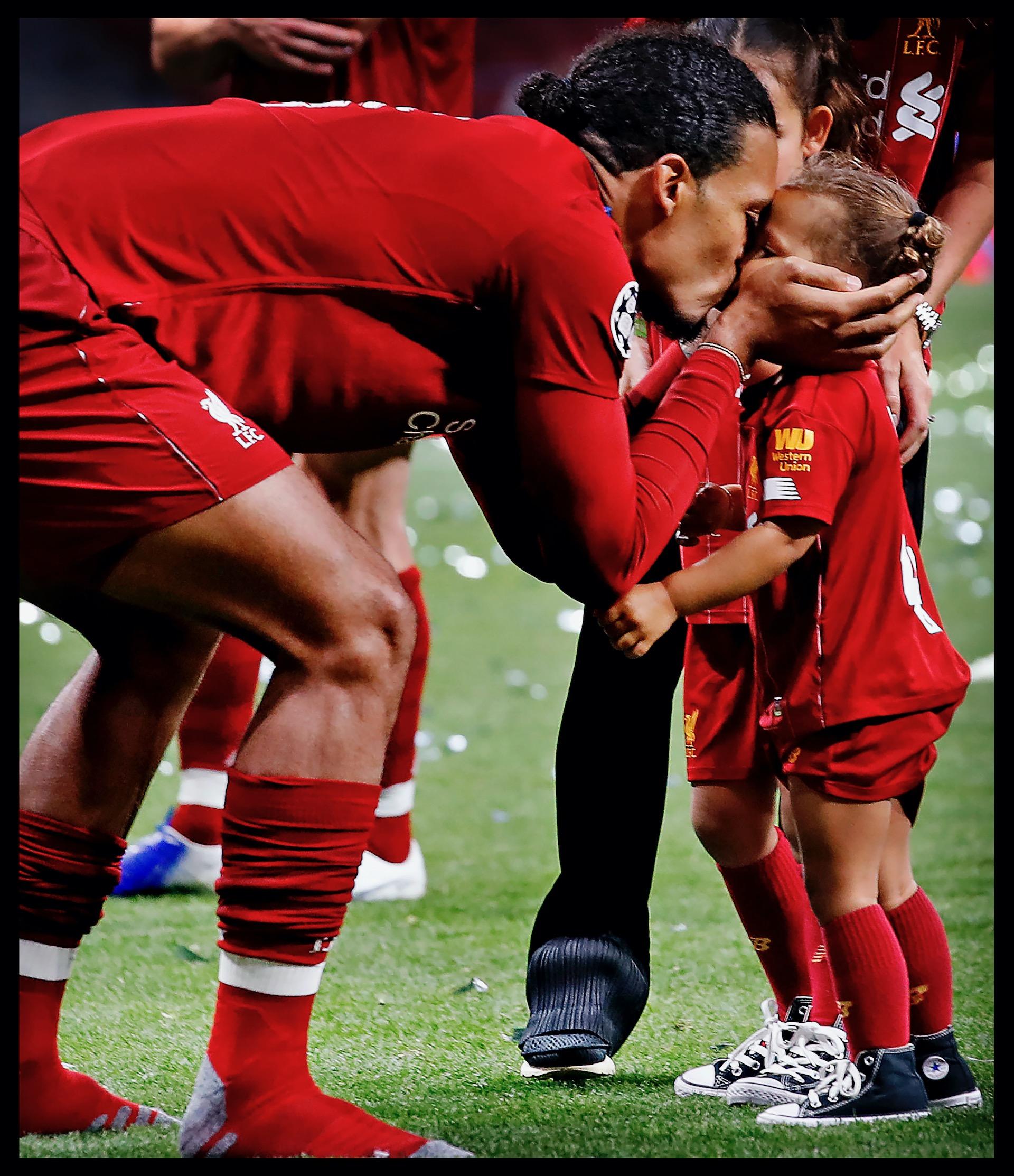 Spanje, Madrid, 02-06-2019Serie; Geen Champions League victorie zonder familie!Champions League finale Liverpool-Tottenham Hotspur.Om kwart over 12 kunnen  Gini en Virgil eindelijk de Champions League winst vieren met hun geliefden en kinderen. Virgil van Dijk geeft op kousen zijn dochtertje een kus. Het familiegeluk is compleet!