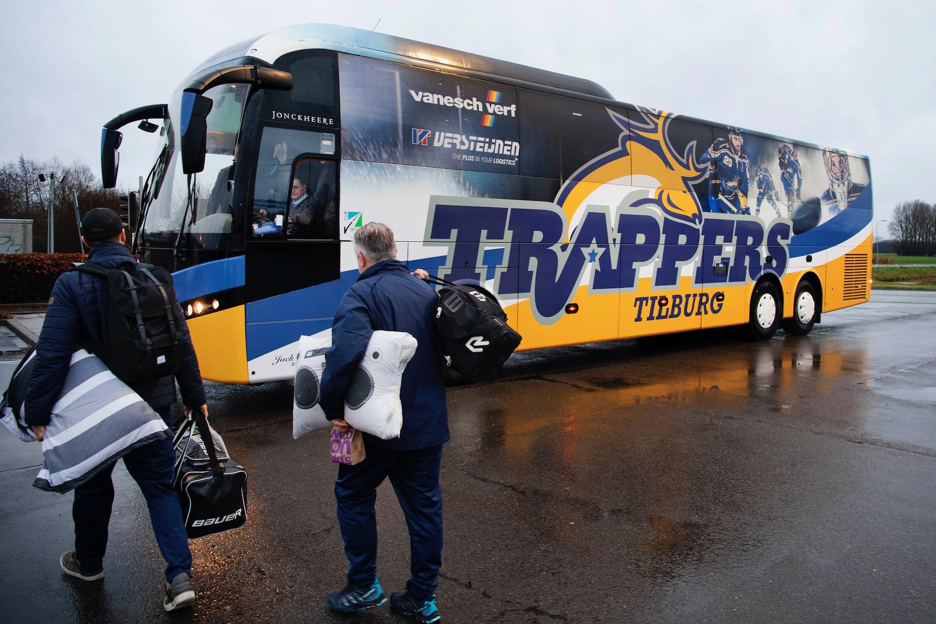 Tilburg, 10-2-2019. Reportage van het Nederlandse ijshockeyteam de Tilburg Trappers spelen in de Duitse competitie tegen Rostock. Dat is een rit van 670 km heen en 670 km terug met hun eigen bus.