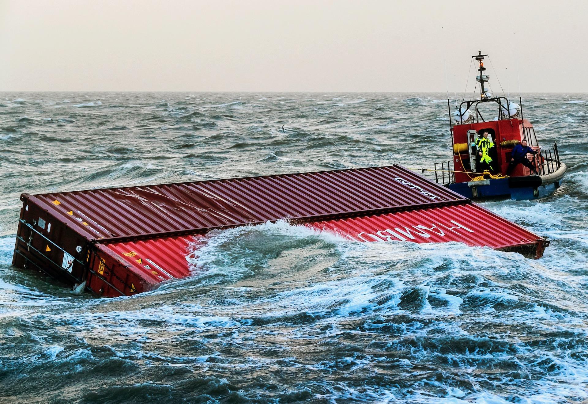 LAUWERSOOG - Twee containers van het schip MSC Zoe spoelen aan voor de kust van Lauwersoog. Een sleepboot probeert de containers de haven in te slepen.
