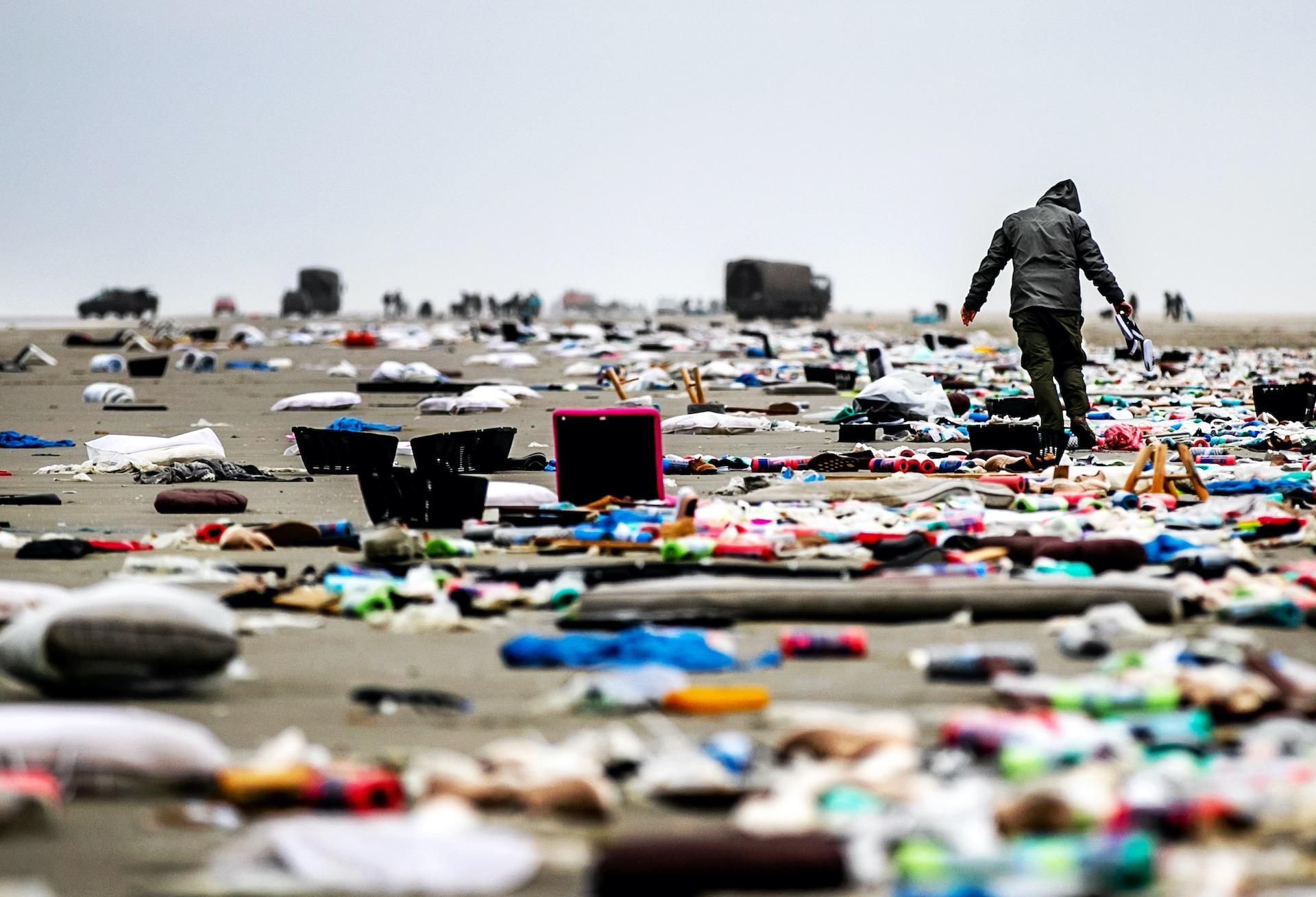 SCHIERMONNIKOOG - Het strand van Schiermonnikoog ligt bezaaid onder spullen afkomstig van containers uit het vrachtschip MSC Zoe. Het vrachtschip verloor ruim 270 containers voor de kust van de Waddeneilanden.