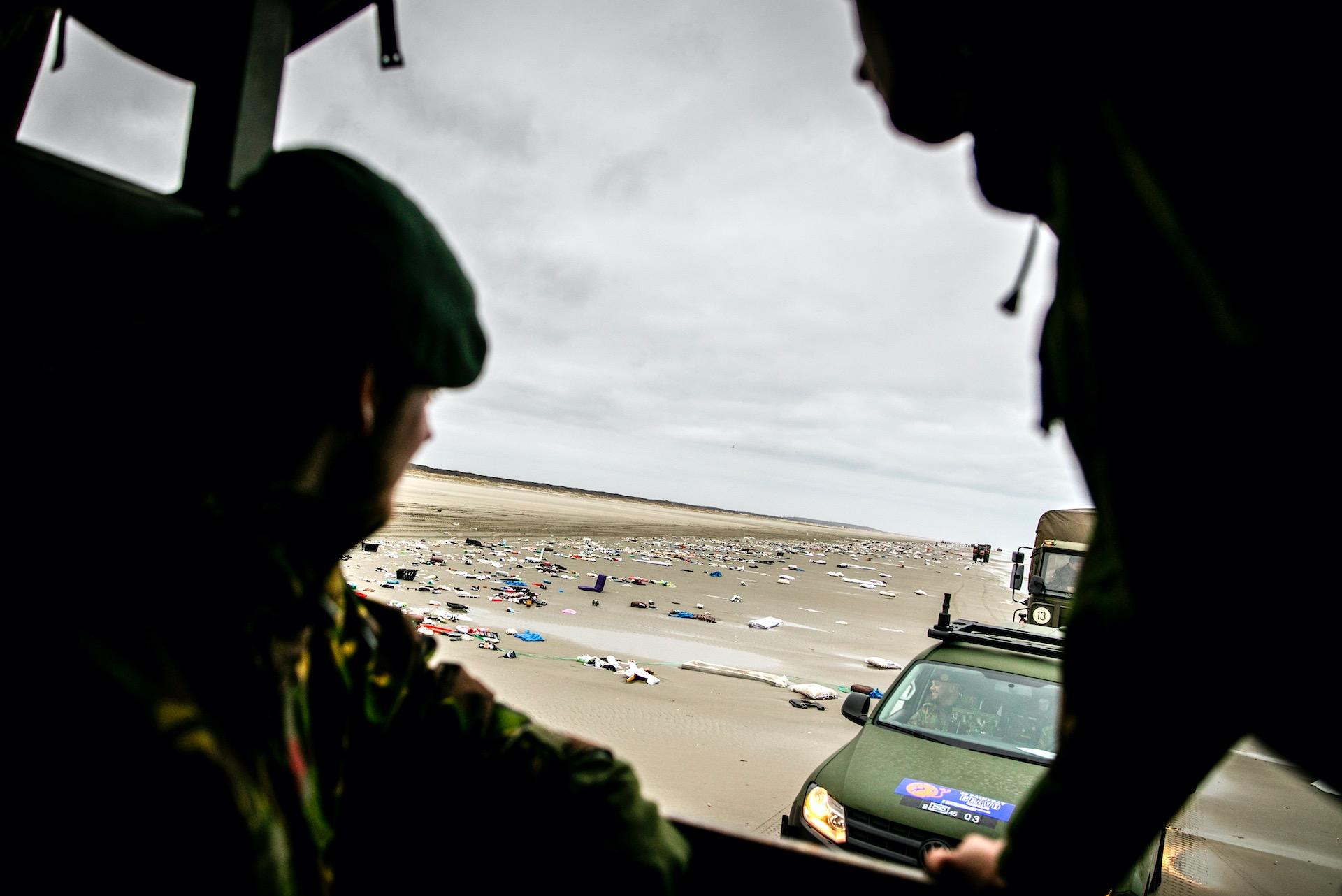 SCHIERMONNIKOOG - Militairen bekijken de stranden van Schiermonnikoog. Ruim honderd militairen zijn naar het eiland gekomen om de spullen, afkomstig van vrachtschop MSC Zoe, op te ruimen.