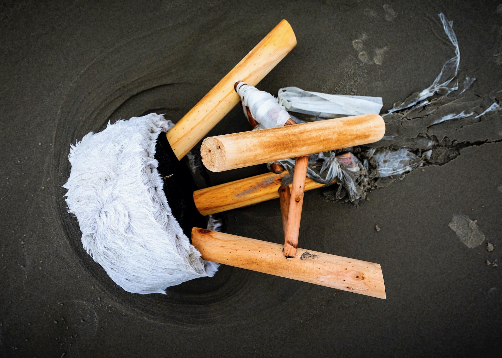 SCHIERMONNIKOOG - Spullen op het strand die zijn aangespoeld nadat het vrachtschip MSC Zoe 270 containers was verloren.