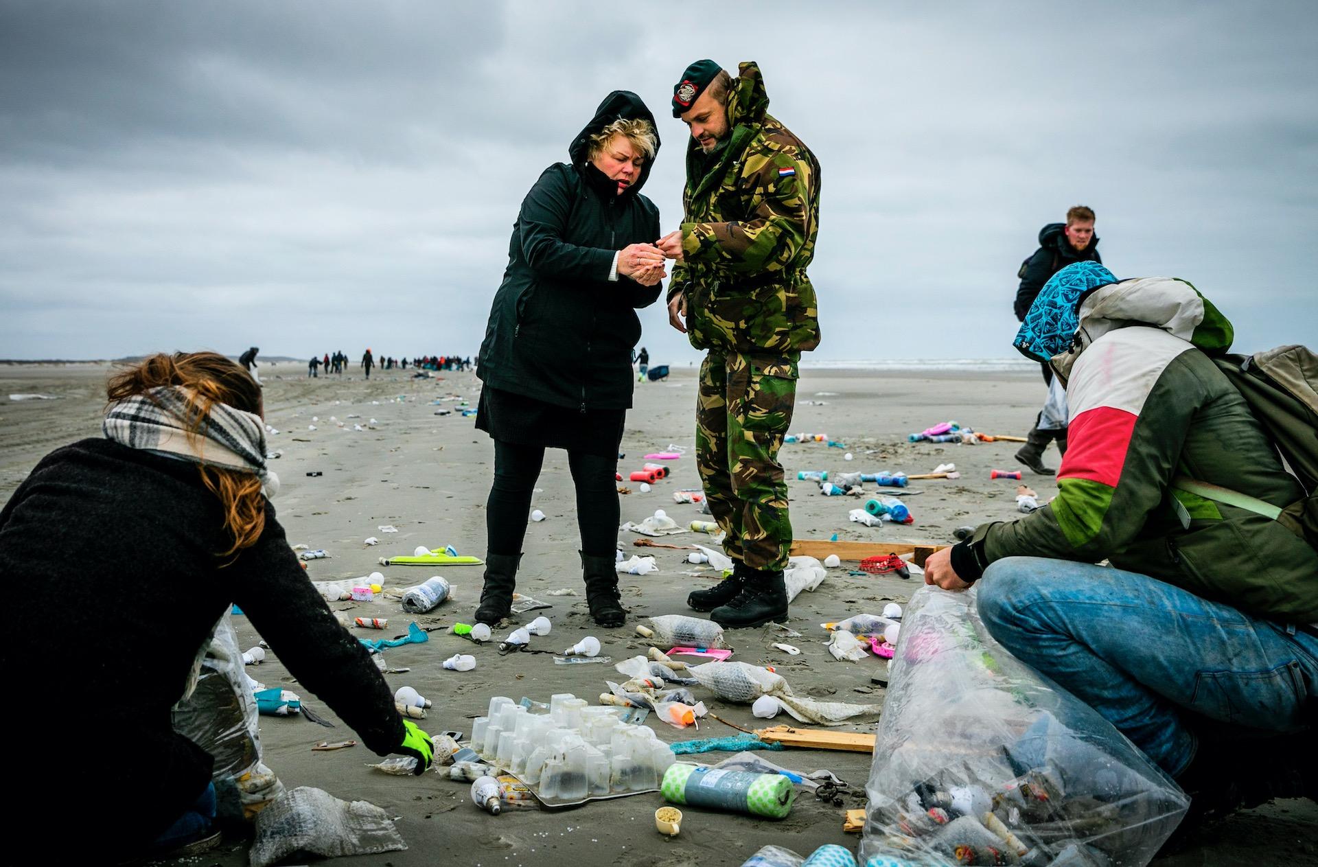 SCHIERMONNIKOOG - Burgemeester Ineke van Gent neemt een kijkje bij een opruimactie op het strand van Schiermonnikoog nadat het vrachtschip MSC Zoe 270 containers was verloren waaruit spullen aanspoelen op het eiland.