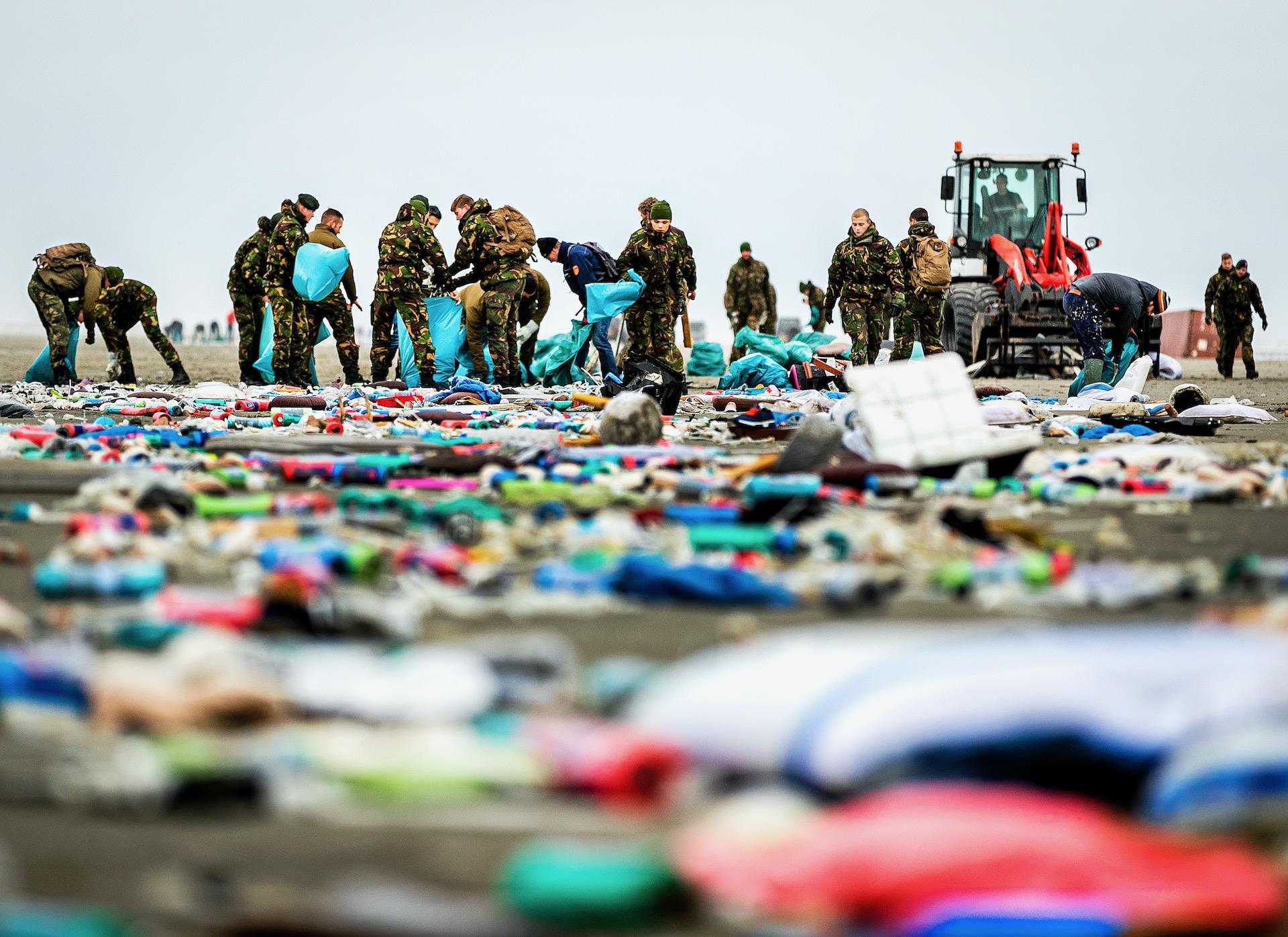 SCHIERMONNIKOOG - Ruim honderd militairen zijn naar Schiermonnikoog gekomen om rommel afkomstig van vrachtschop MSC Zoe op te ruimen.