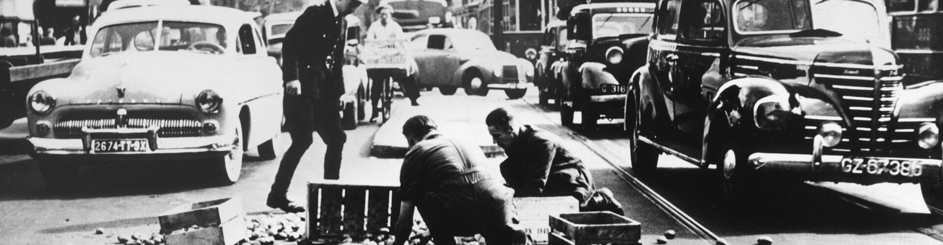Bijschrift: Fotojournalist Waldo Van Suchtelen won in 1949 de eerste Zilveren Camera met zijn foto Aardappelen rooien op de Dam.